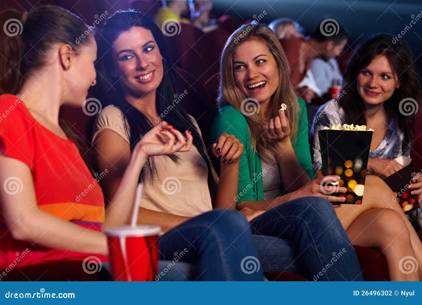 Ragazze graziose nel sorridere di conversazione del cinematografo