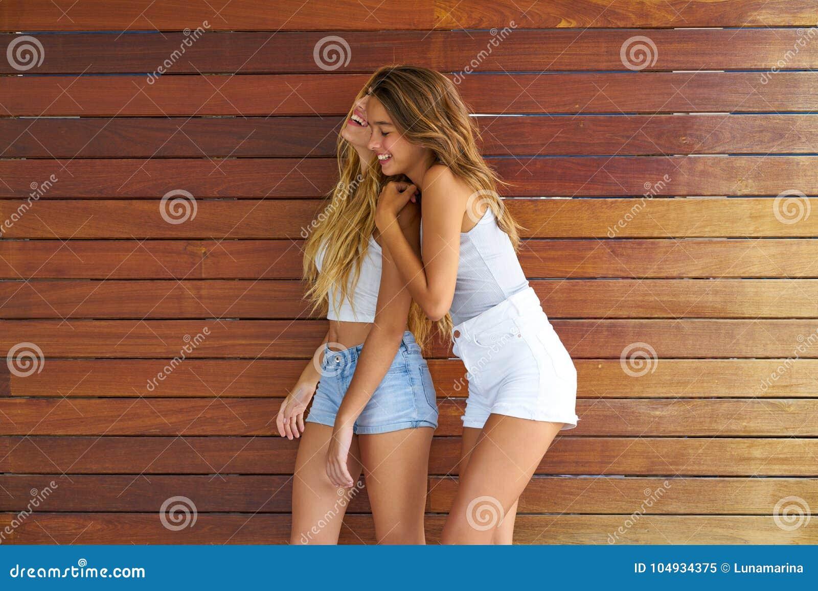 Ragazze teenager dei migliori amici divertendosi insieme