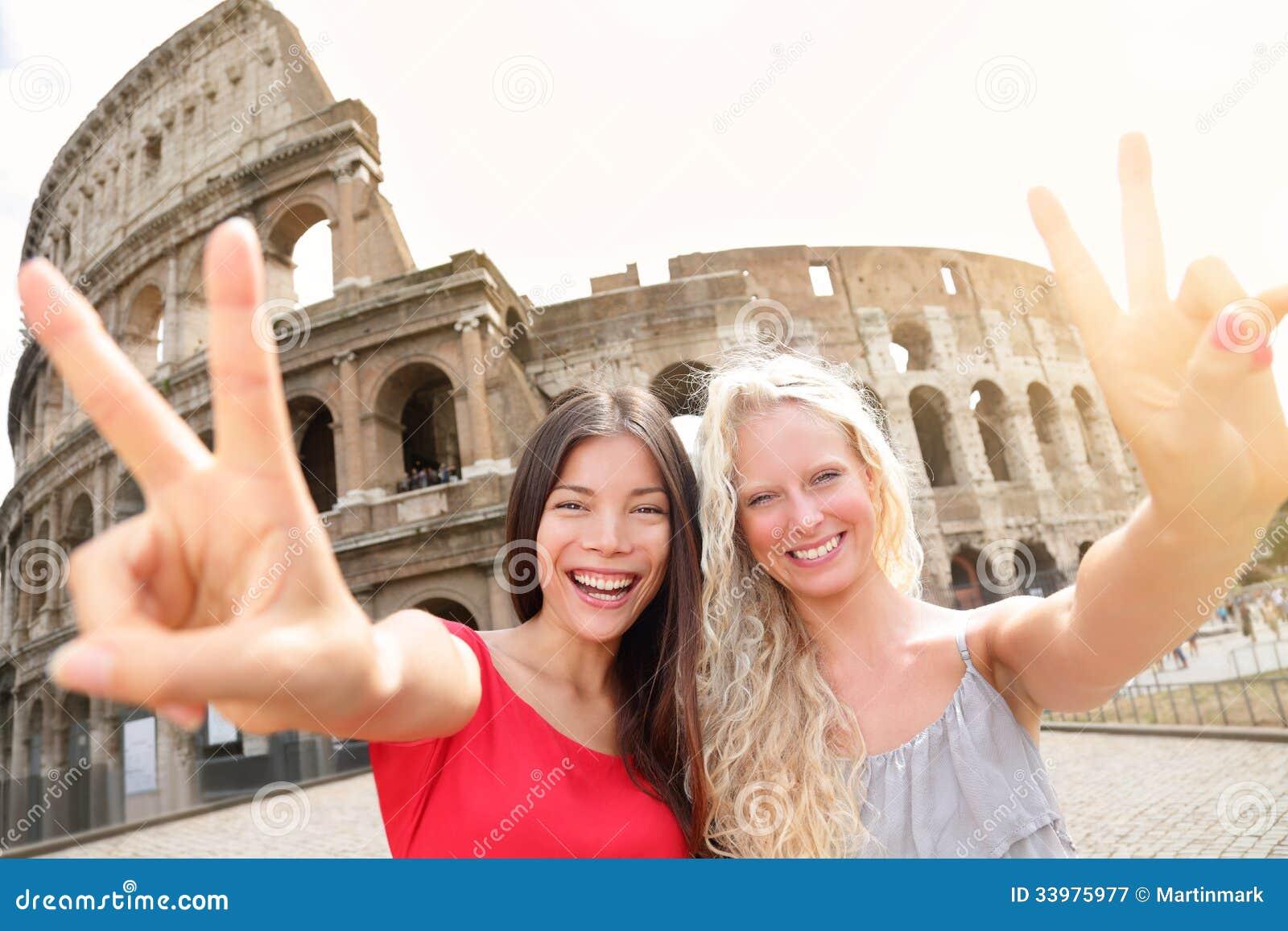 Ragazze turistiche di viaggio da Colosseum, Roma