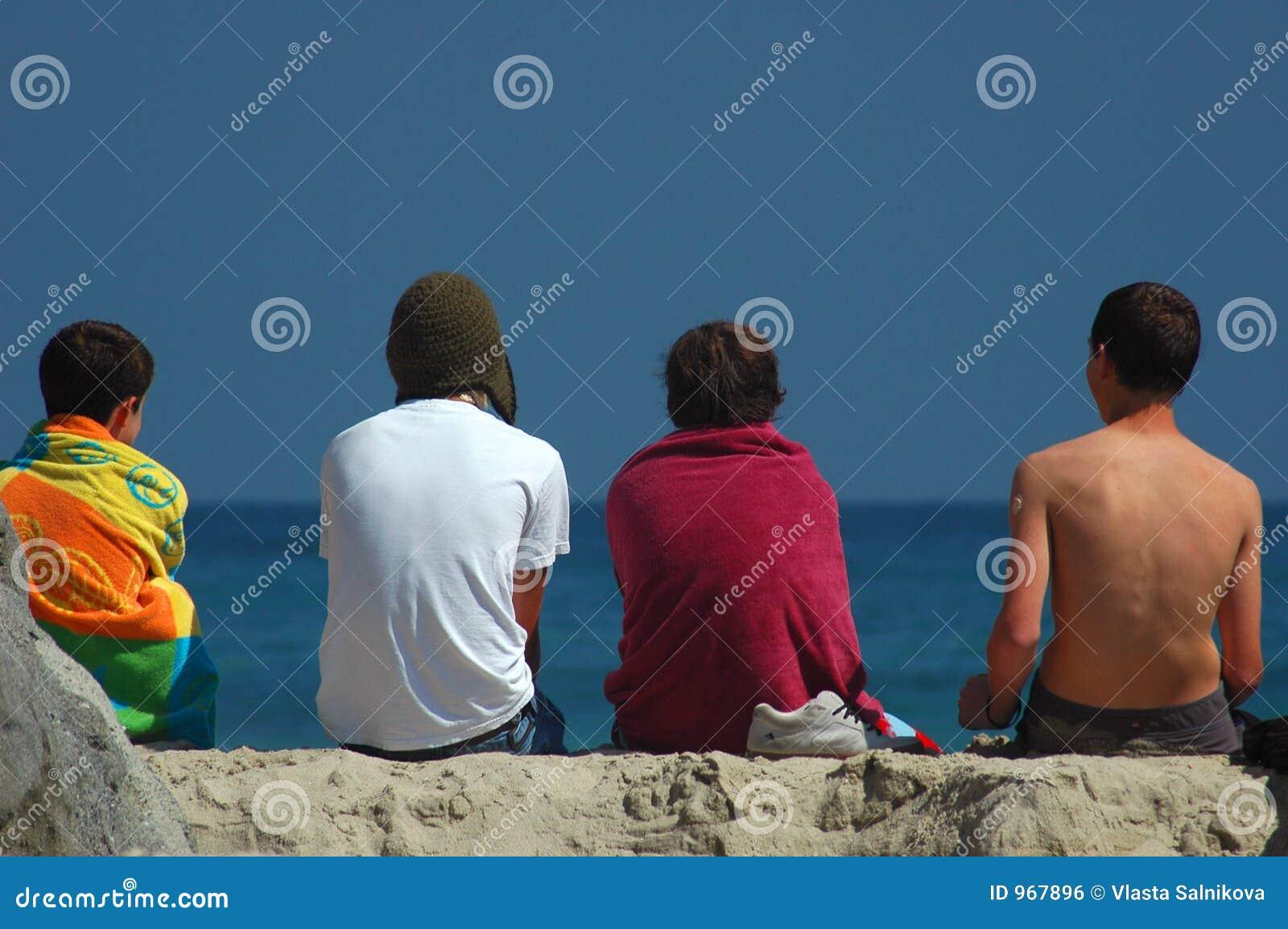 Ragazzi che esaminano oceano