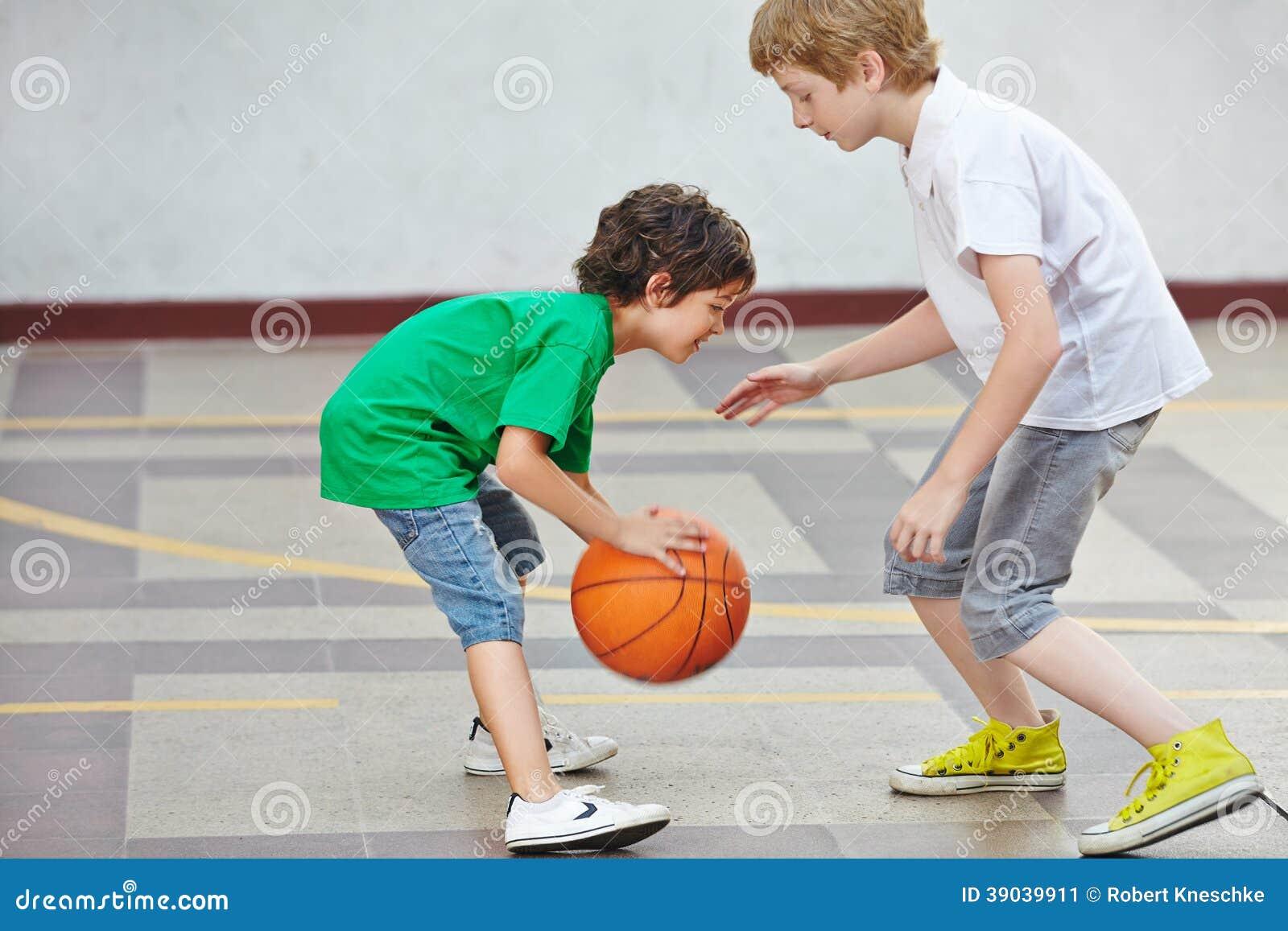 Ragazzi che giocano pallacanestro a scuola