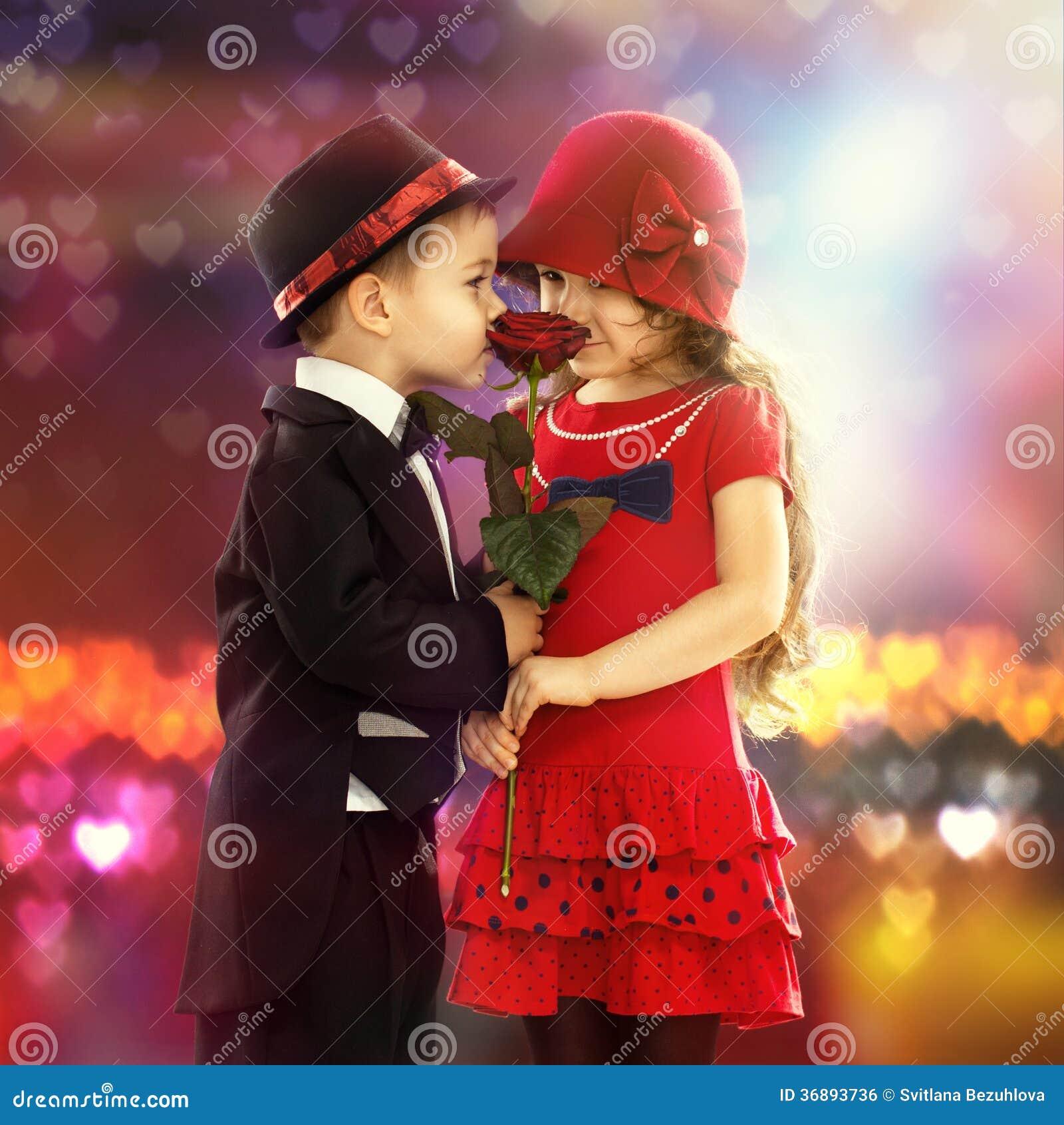 Download Ragazzino Adorabile Che Dà Una Rosa Alla Ragazza Fotografia Stock - Immagine di infanzia, fiore: 36893736