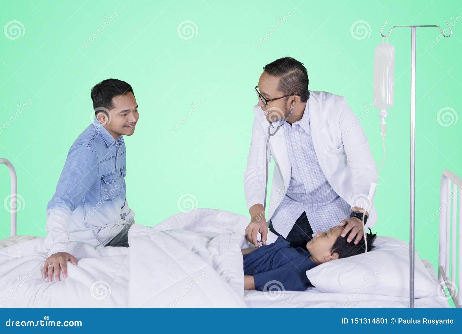 Ragazzino che esamina dal suo medico nello studio