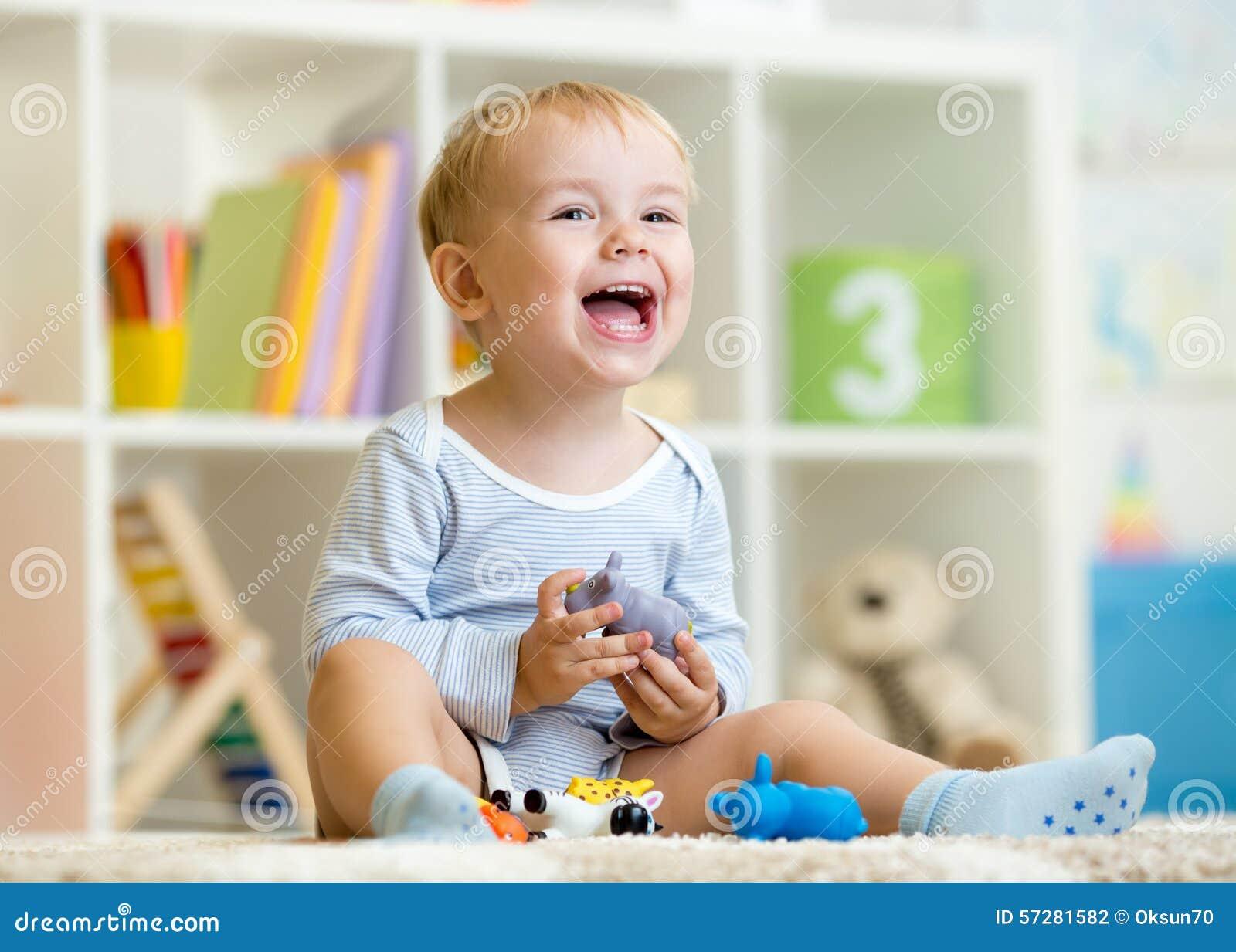 Ragazzino felice Giocattoli sorridenti dell animale dei giochi da bambini