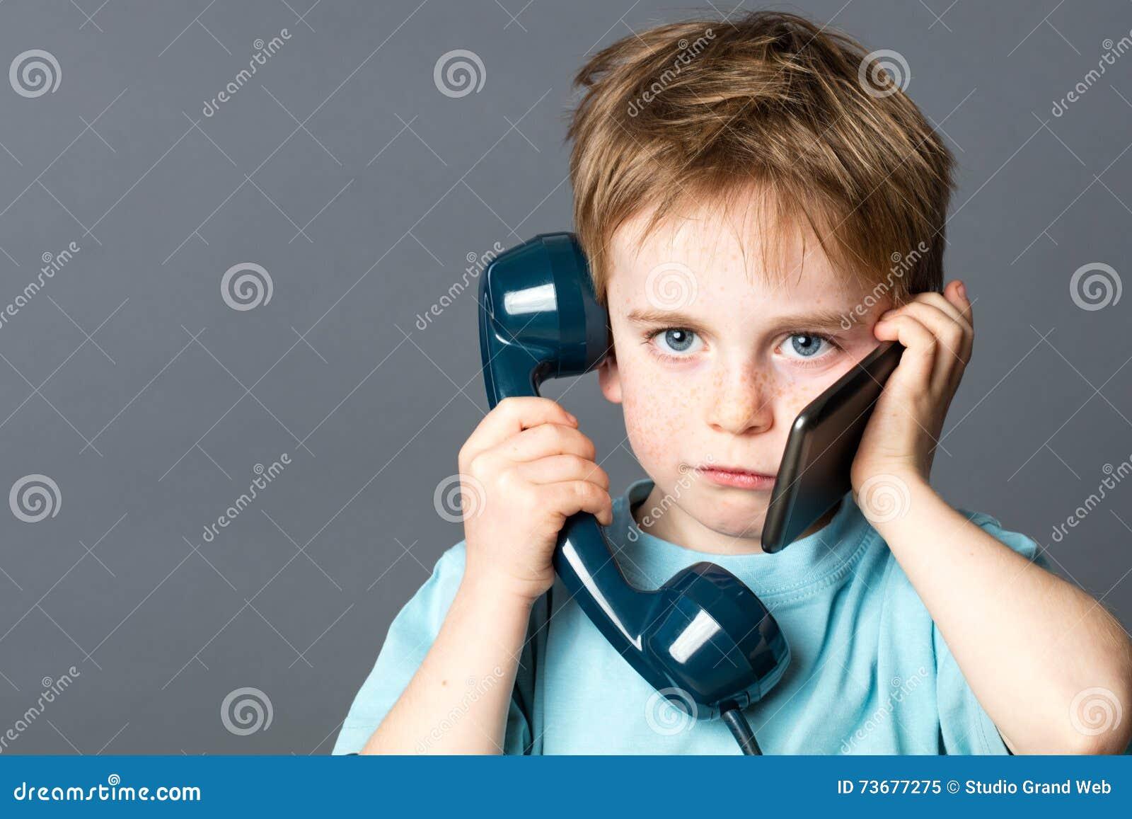 Ragazzino sovraccarico che comunica sia sui nuovi che vecchi telefoni