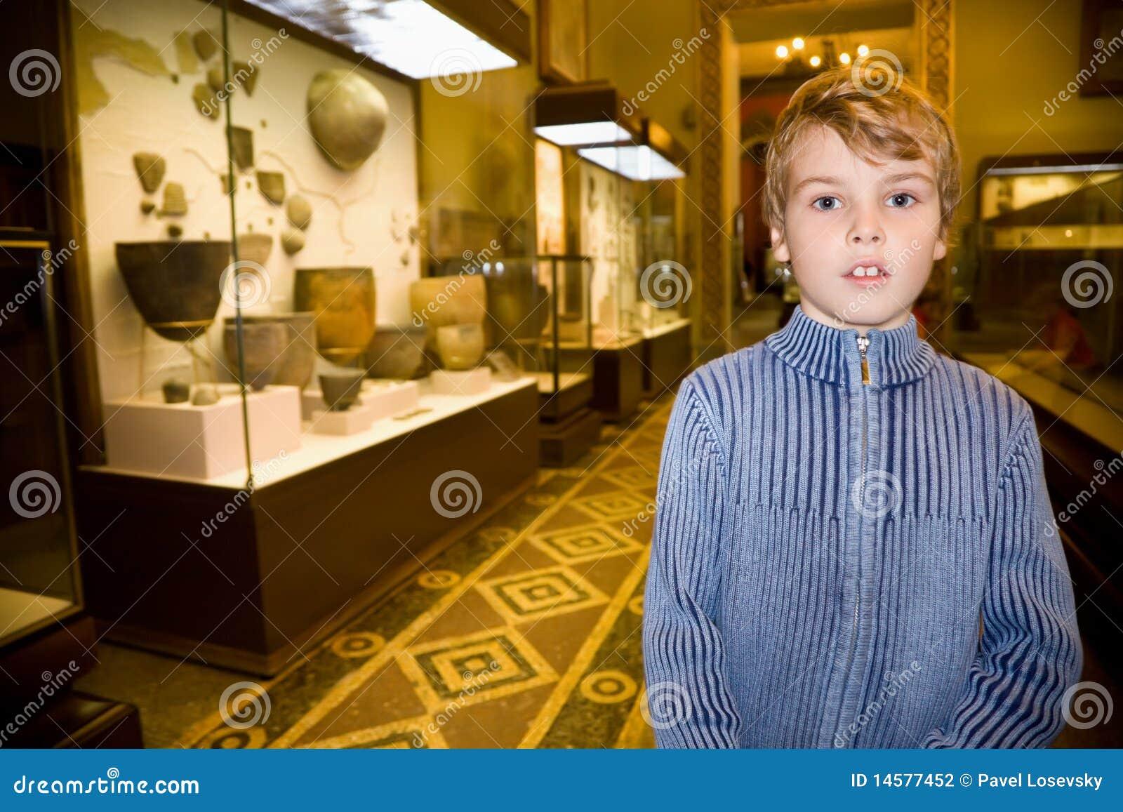 Ragazzo all escursione in museo storico