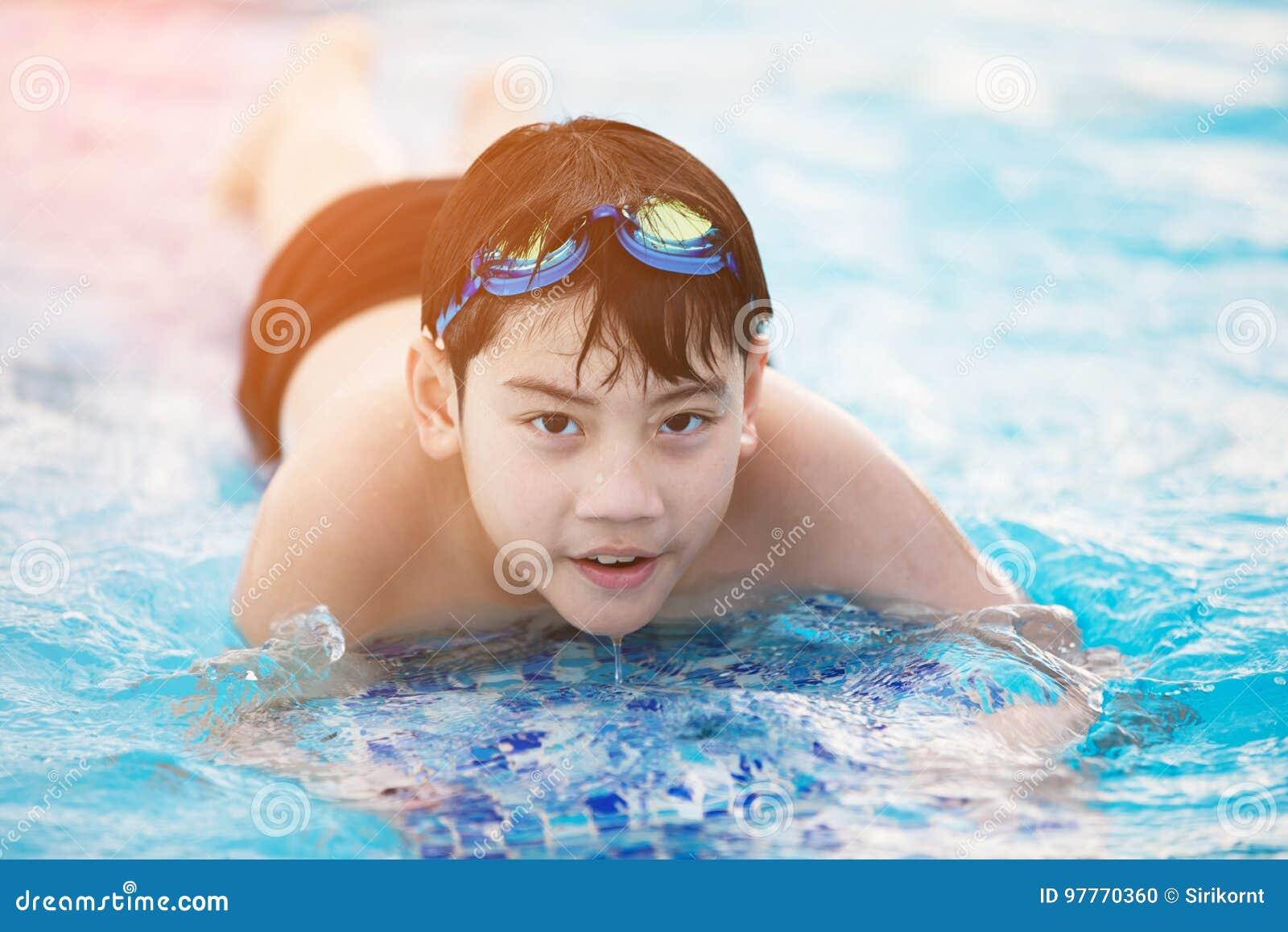 Costume Da Bagno Ragazzo : Costume da bagno del ragazzo su fondo di legno u foto stock