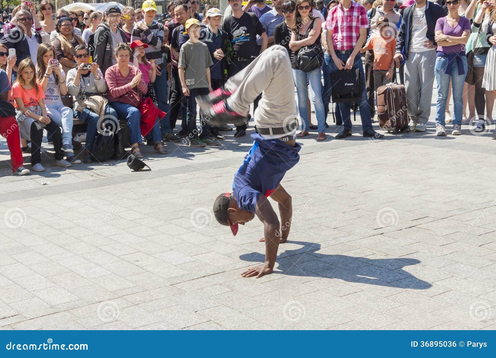 Download Ragazzo B Parigi - In Francia. Fotografia Editoriale - Immagine di handstand, testa: 36895036