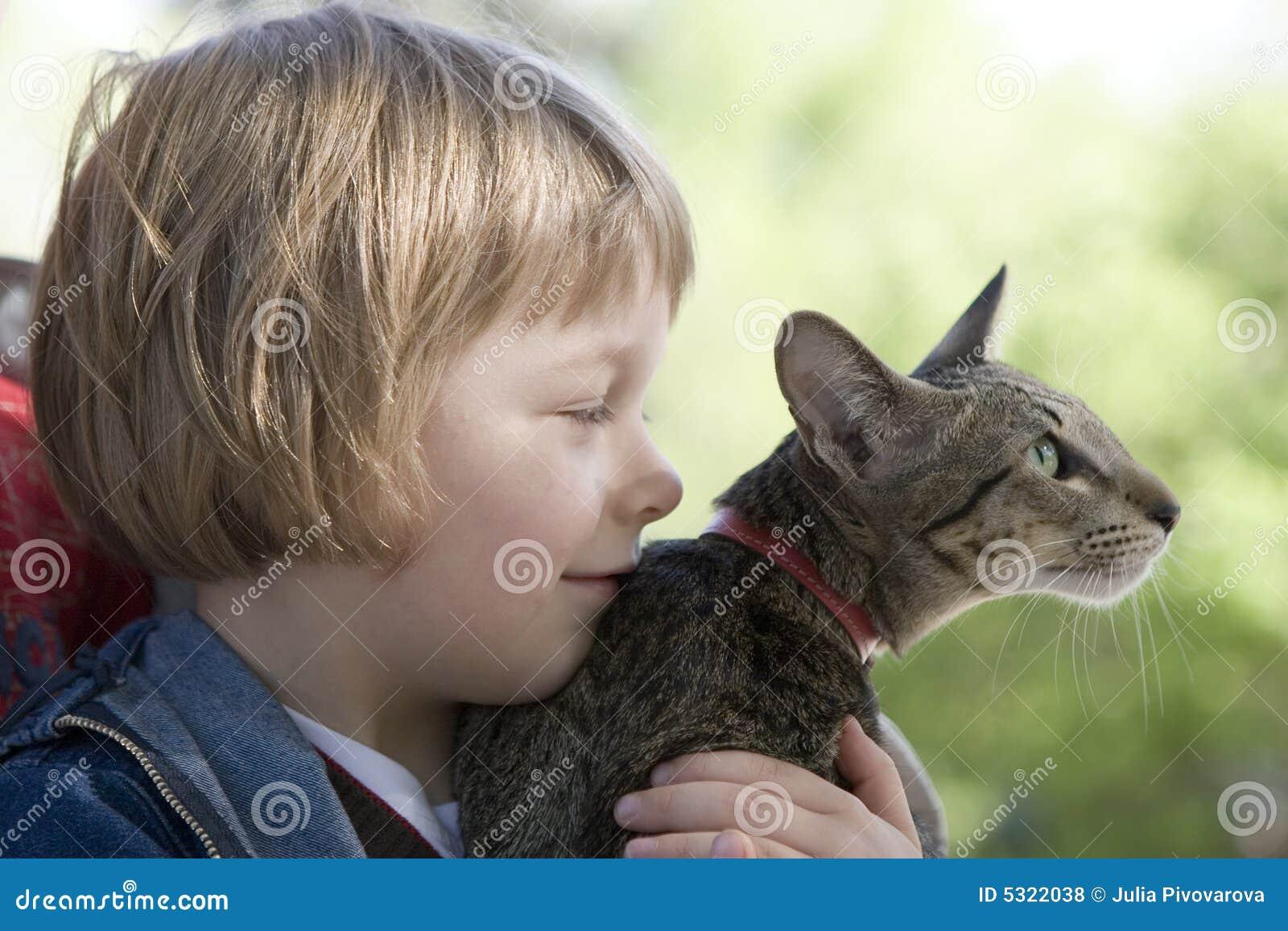 Download Ragazzo Biondo Con Il Gatto Allevato Orientale Fotografia Stock - Immagine di tenuta, allevato: 5322038