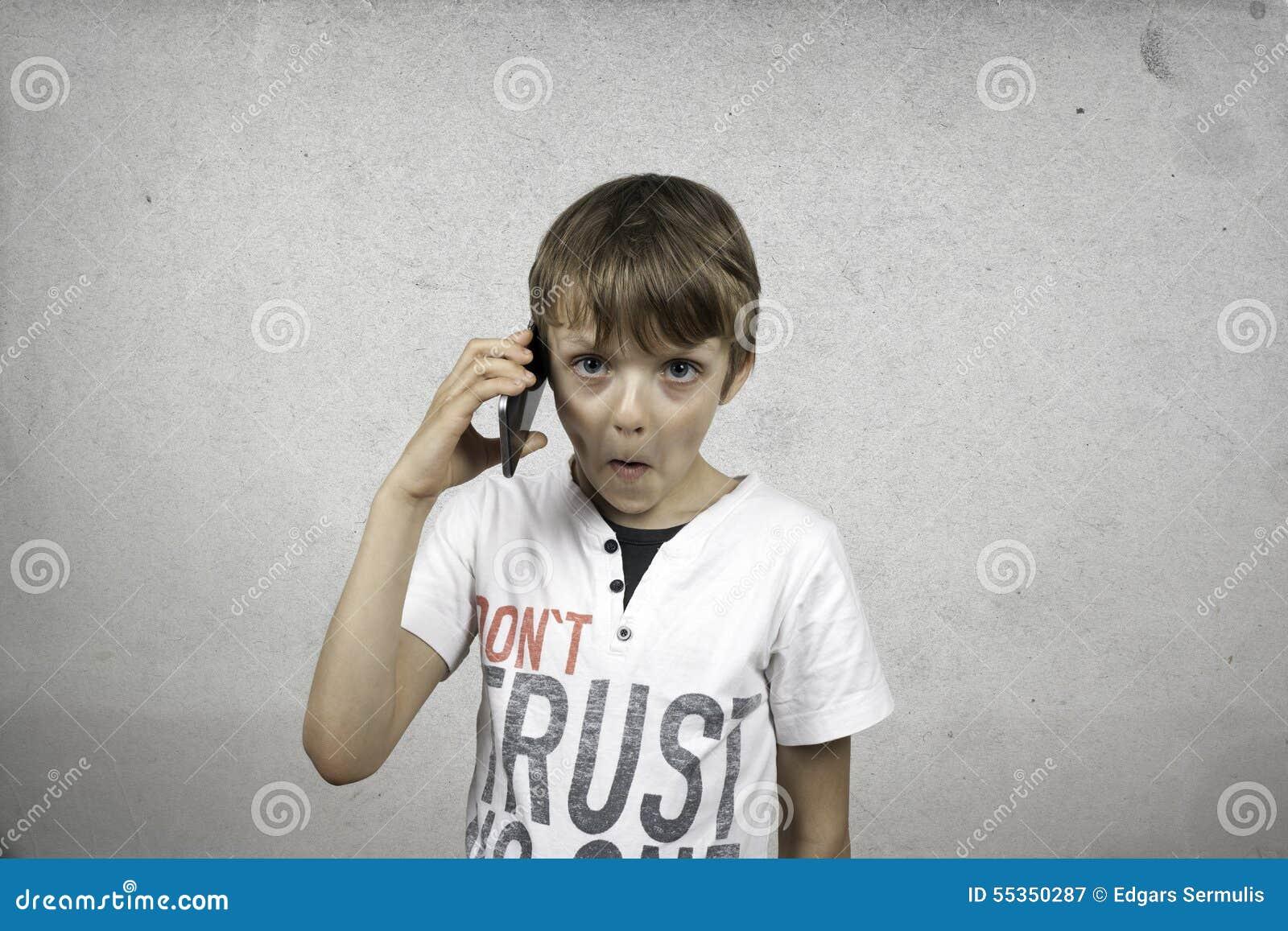 Ragazzo che comunica sul telefono mobile