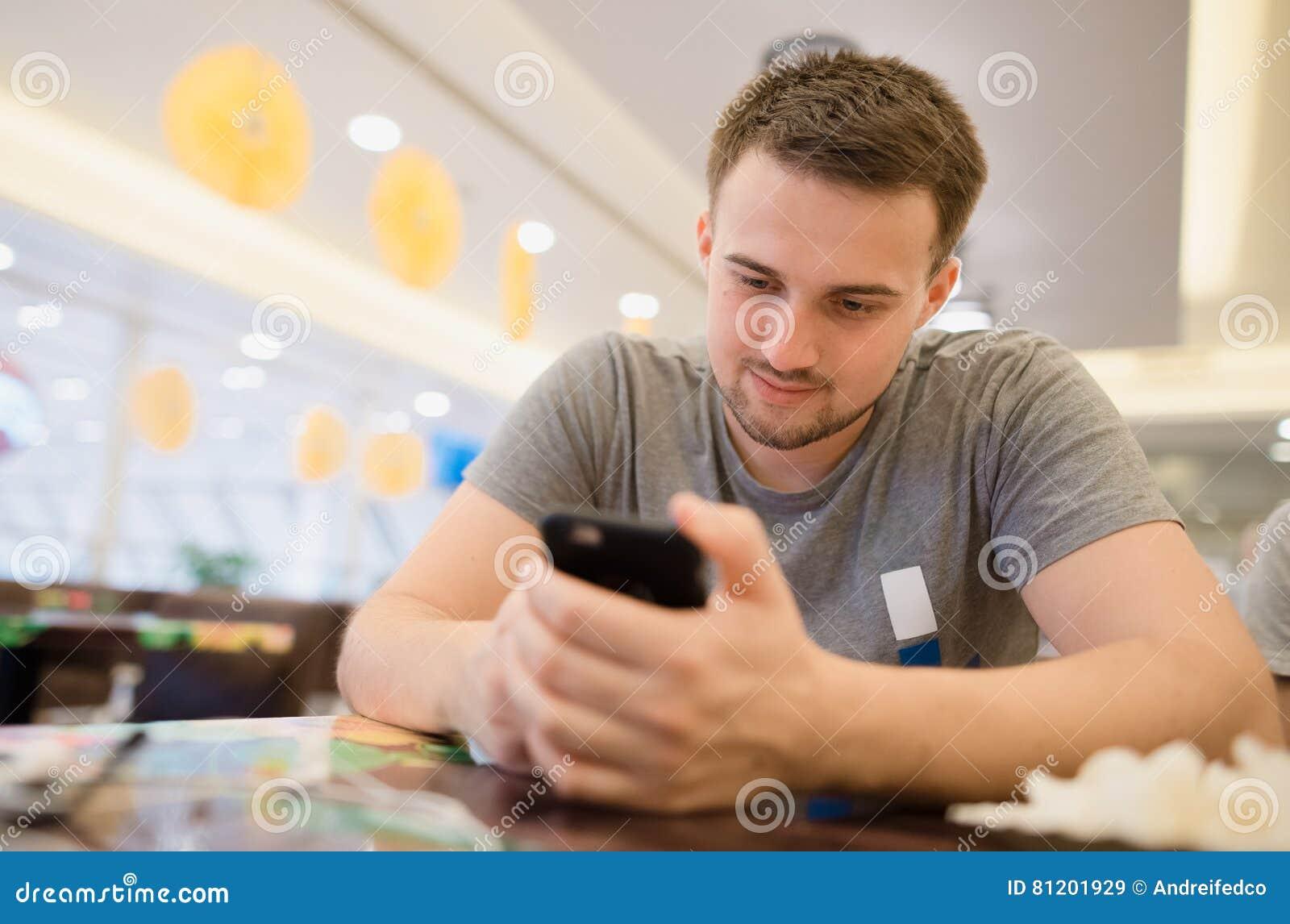 Ragazzo che controlla il suo telefono