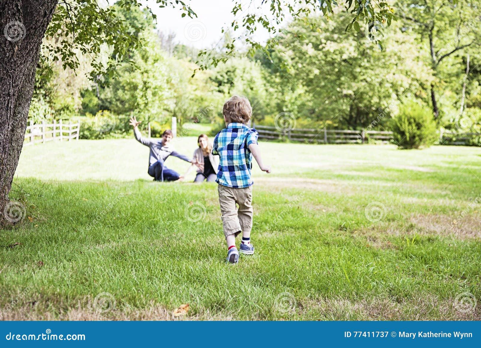 Ragazzo che corre ai genitori