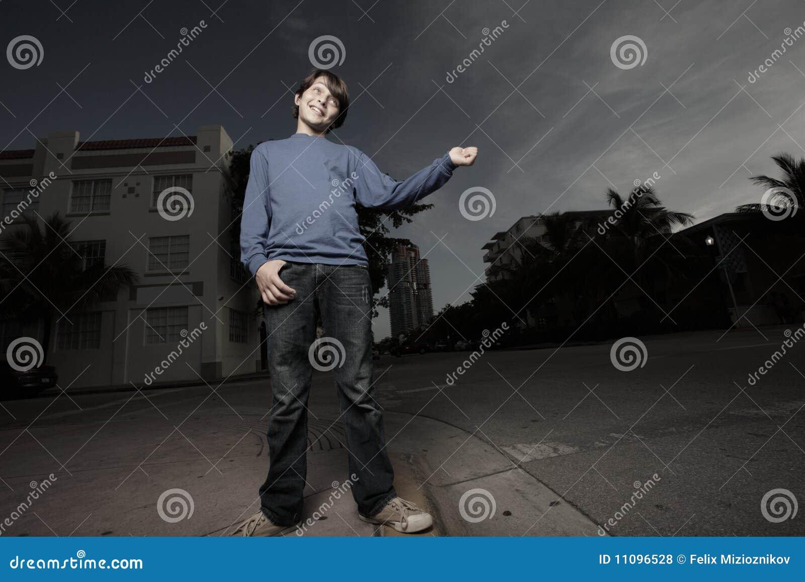 Ragazzo che fa un escursione i giovani di notte del legamento