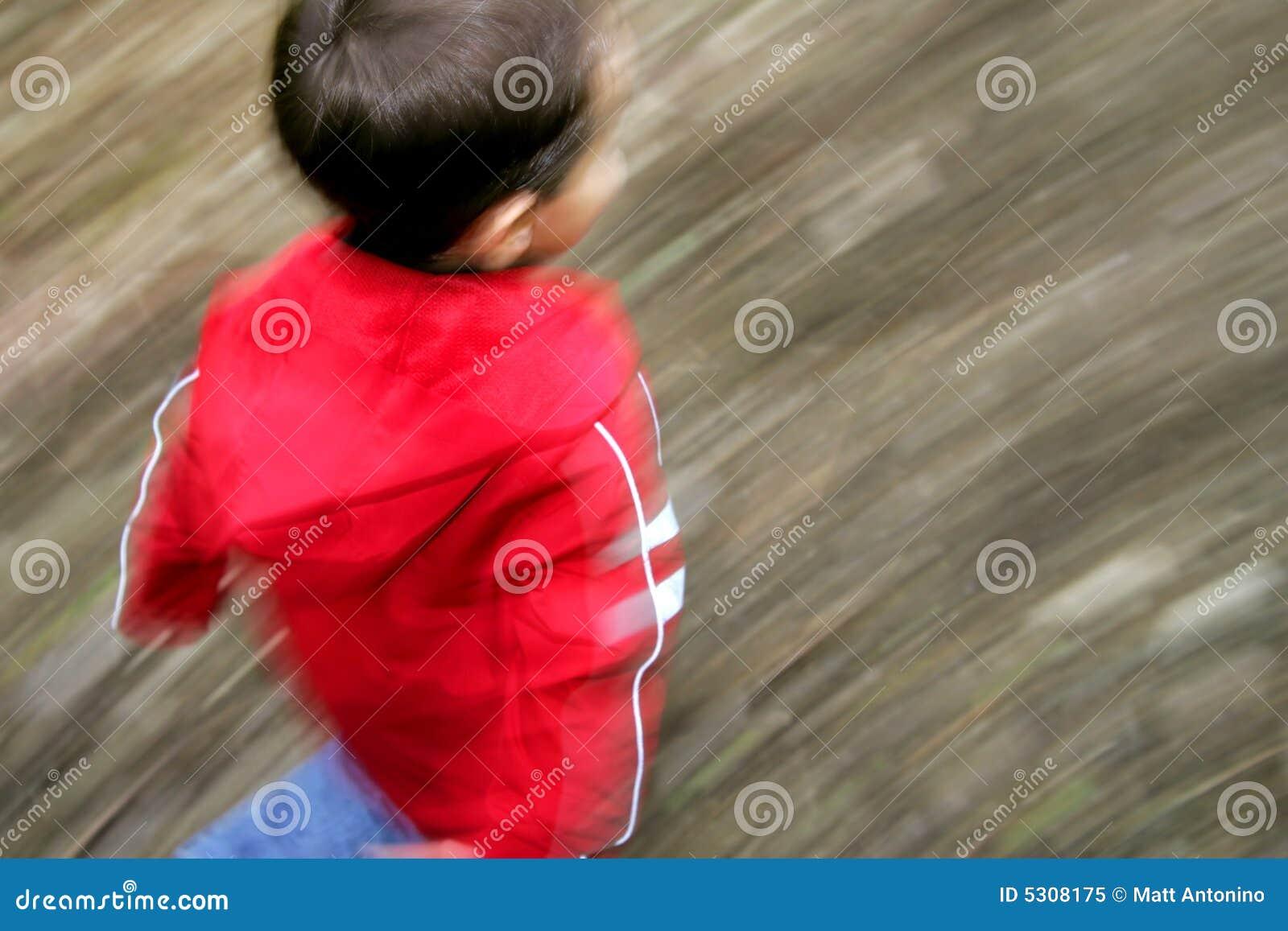 Download Ragazzo Che Funziona Con La Sfuocatura Di Movimento Immagine Stock - Immagine di corsa, vaschetta: 5308175