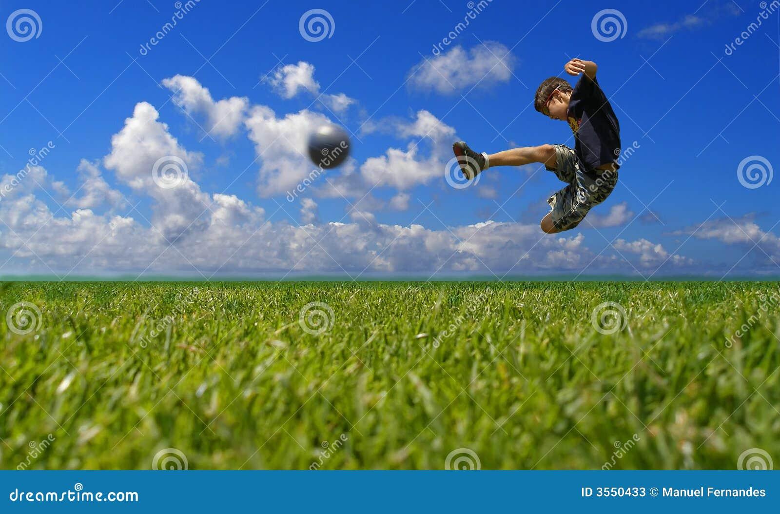 Ragazzo che gioca calcio - residuo della potatura meccanica