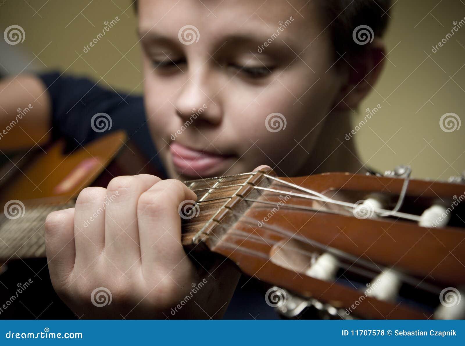 Ragazzo che gioca chitarra