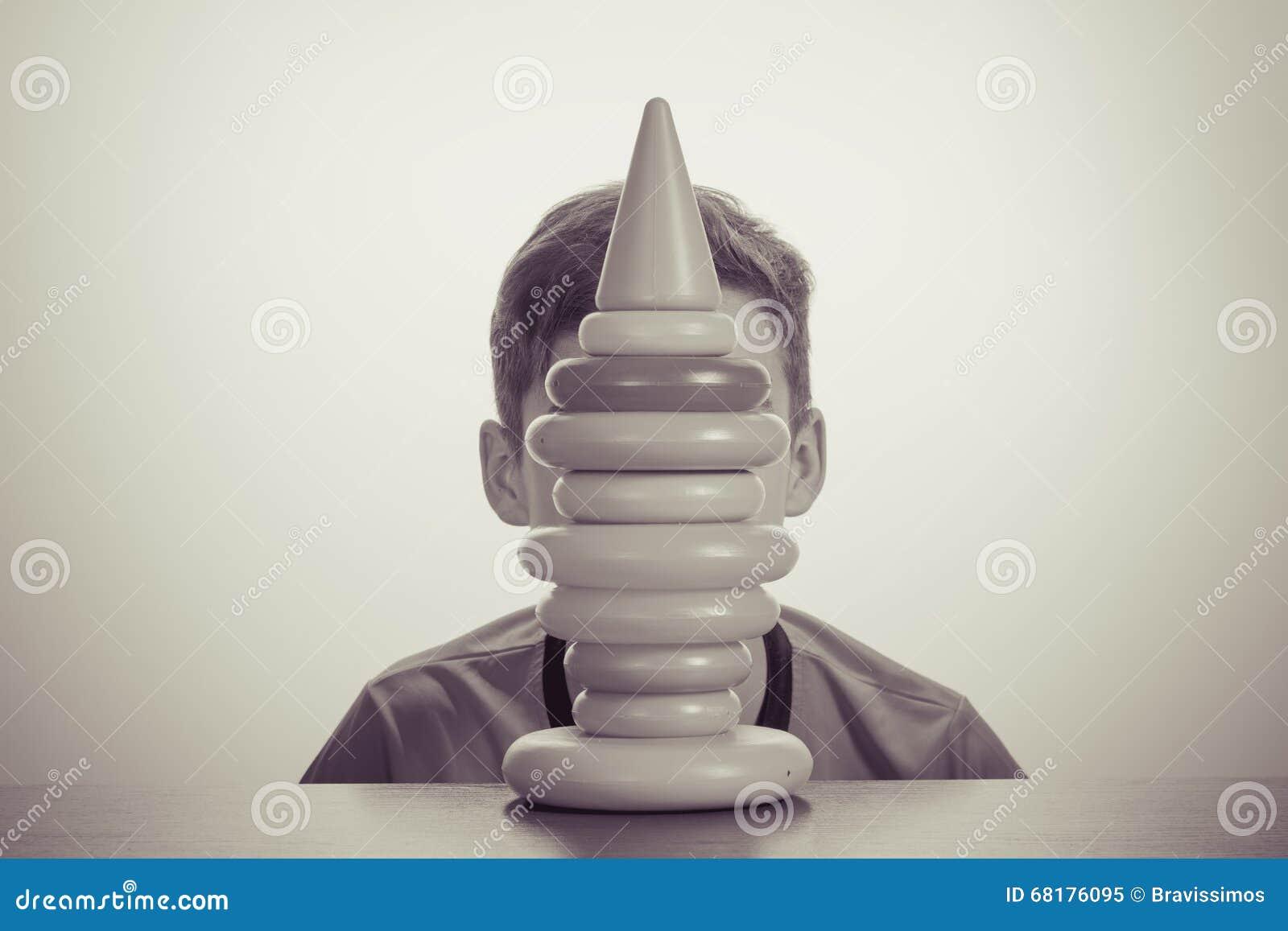 Ragazzo che gioca con il giocattolo Vecchio concetto di pubblicità