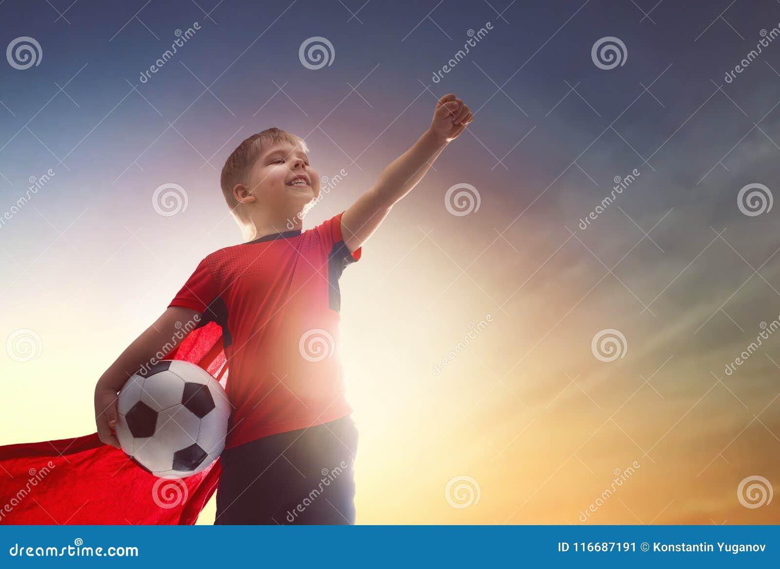 Ragazzo che gioca gioco del calcio