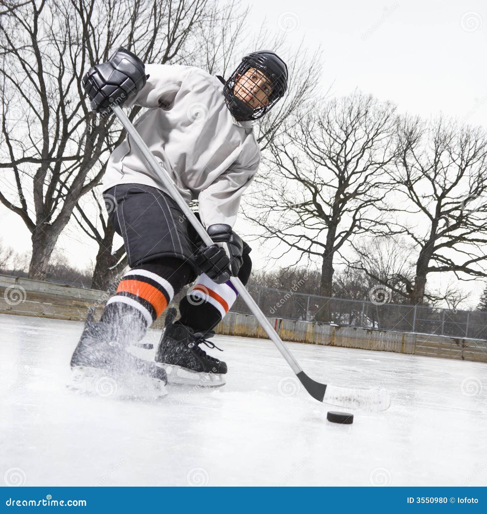 Ragazzo che gioca il hokey di ghiaccio.