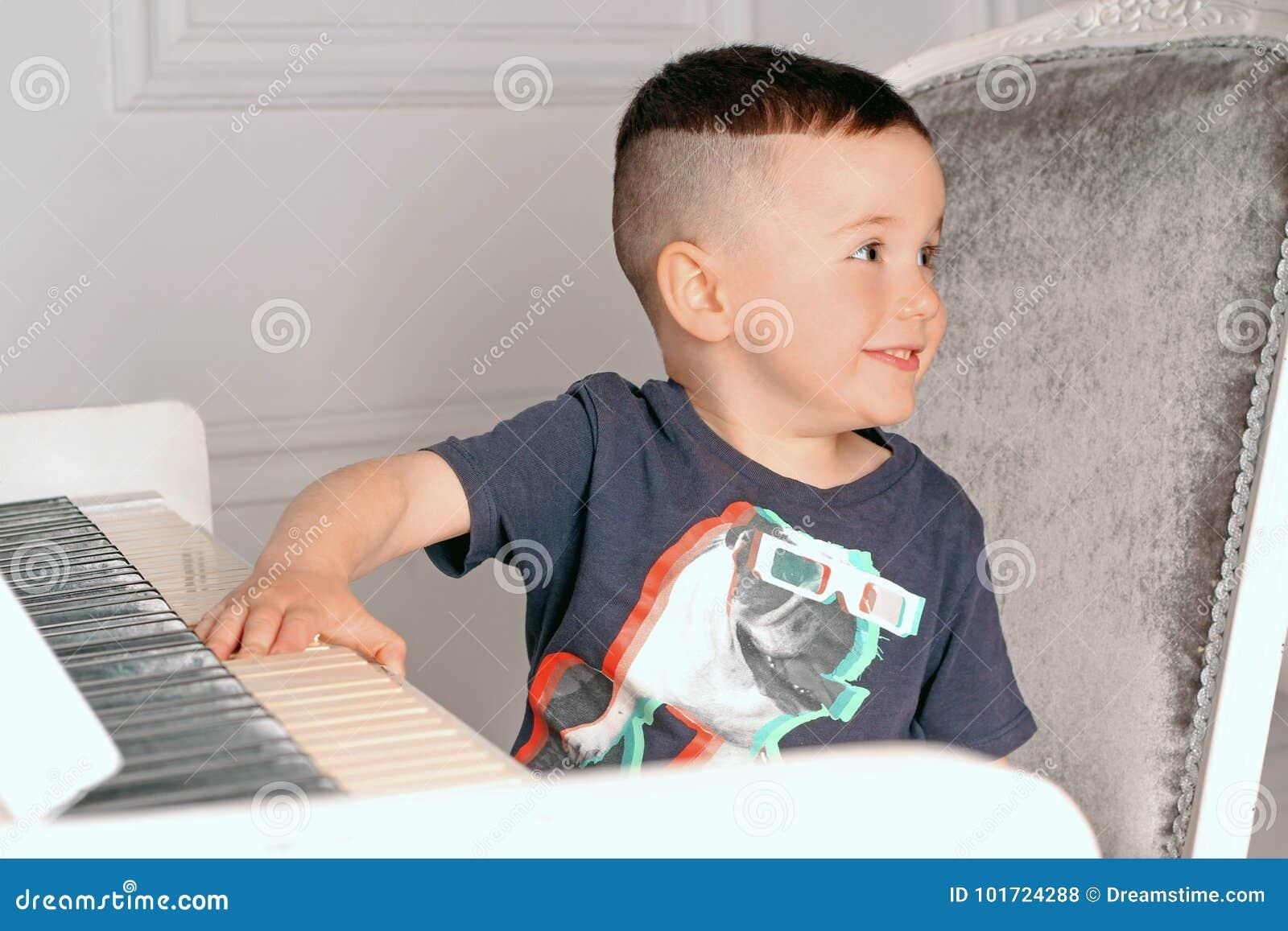 Ragazzo che gioca il piano