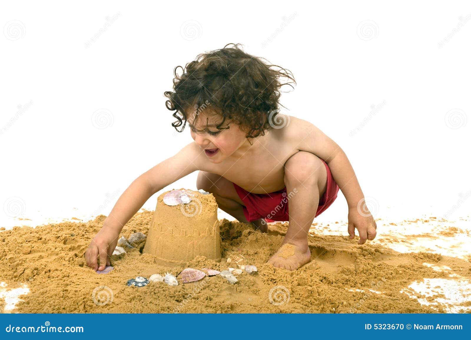 Download Ragazzo Che Gioca Nella Sabbia Fotografia Stock - Immagine di bellezza, gioco: 5323670