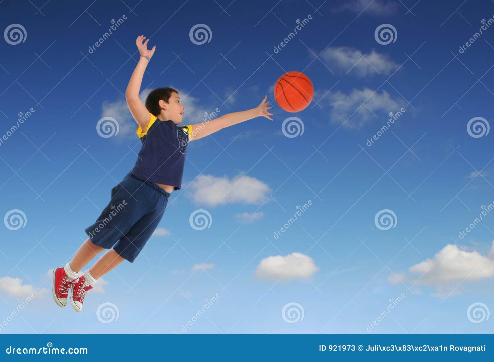 Ragazzo che gioca pallacanestro che salta e che vola for Konzentrationsschw che kind