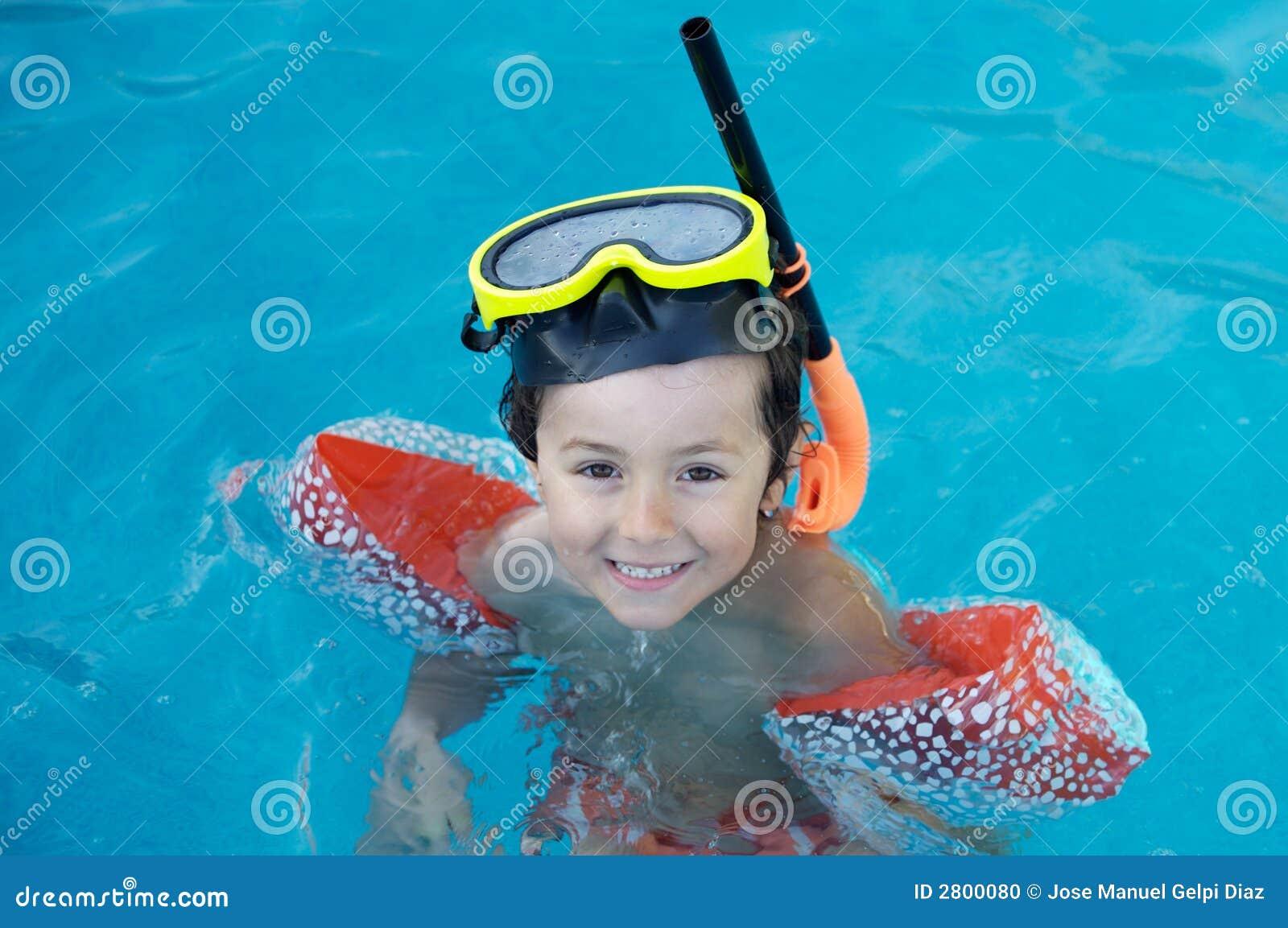 Ragazzo che impara nuotare