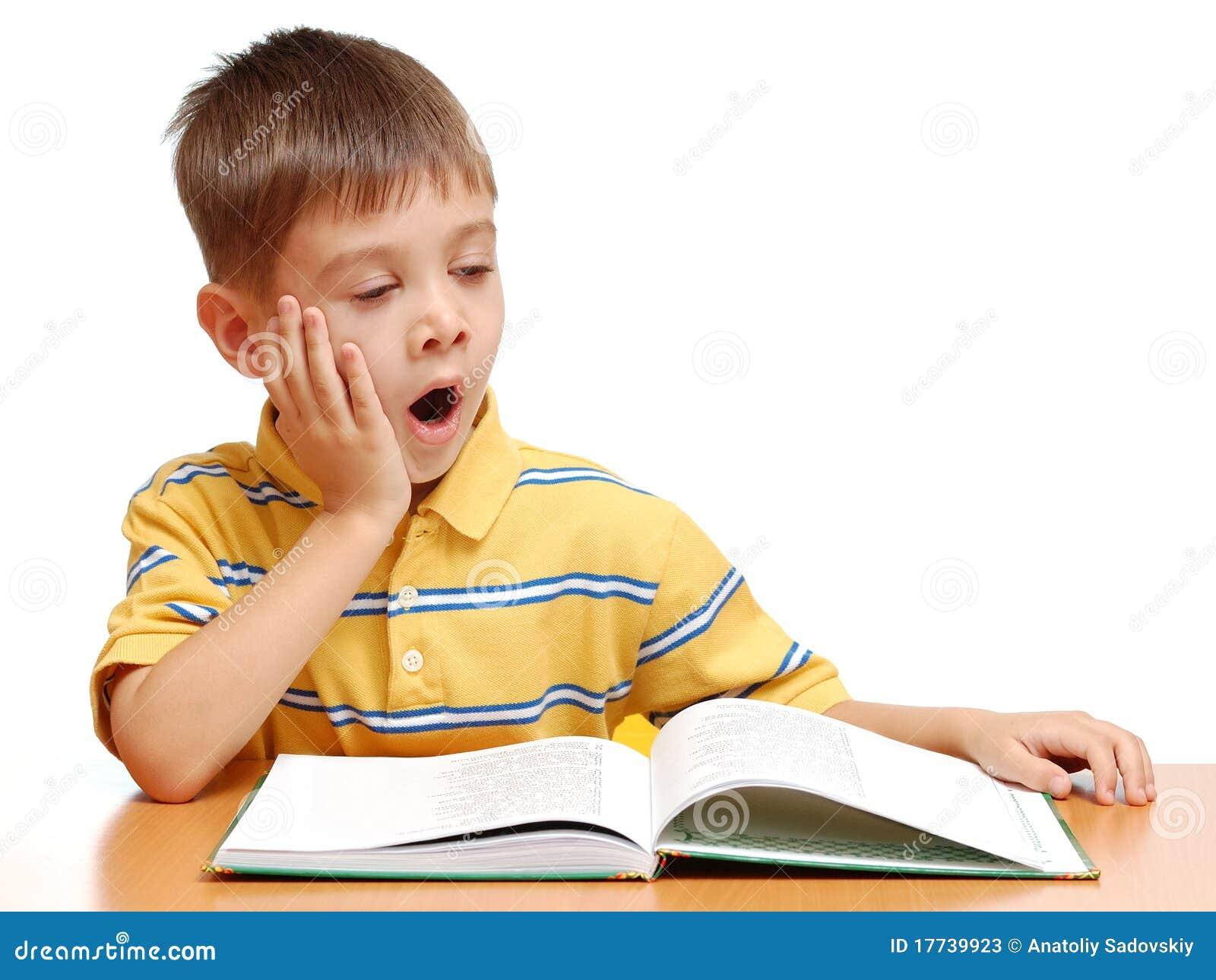 Ragazzo che legge un libro e che sbadiglia immagine stock for Konzentrationsschw che kind