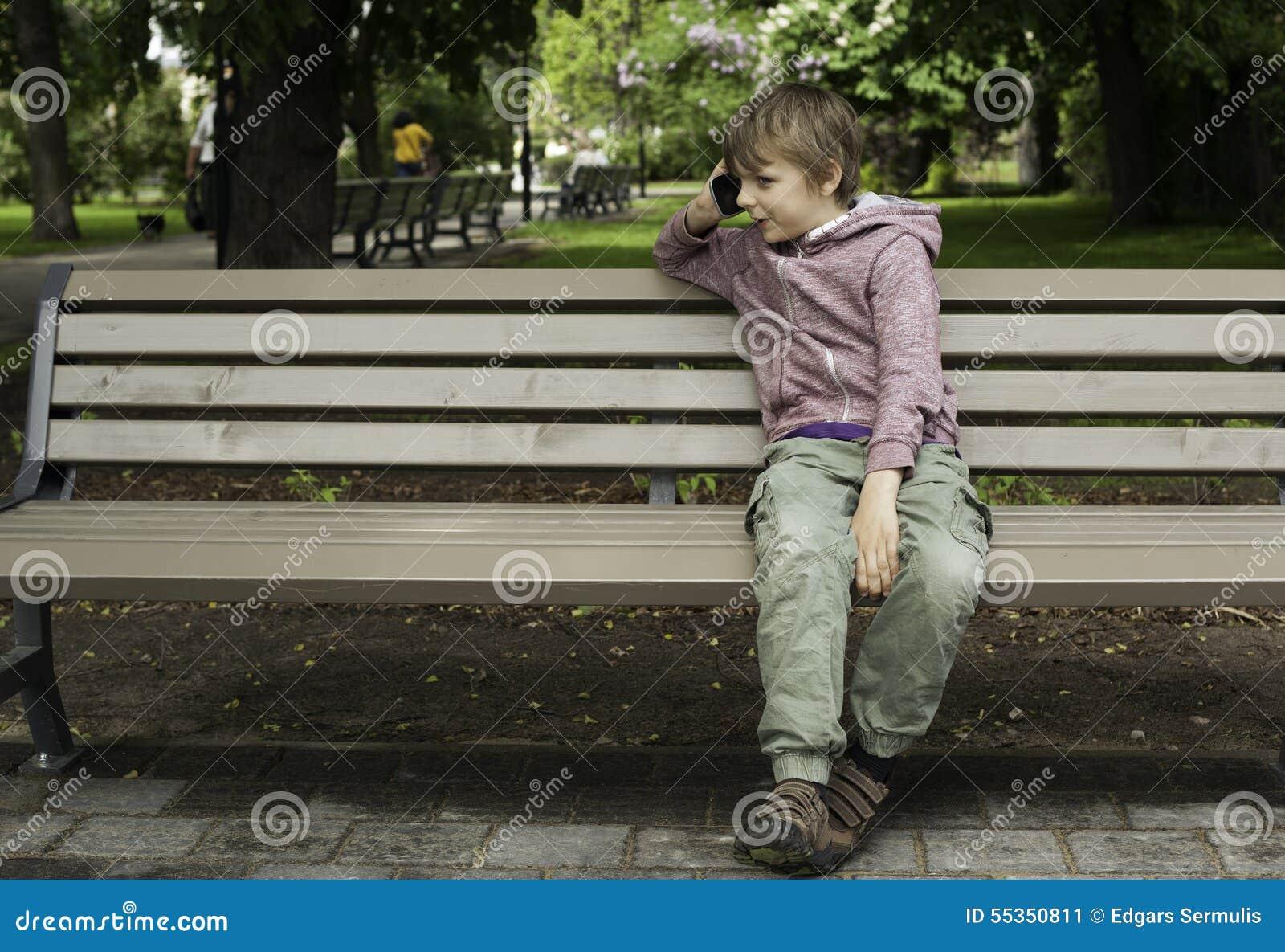 Ragazzo che parla sul telefono cellulare nel parco