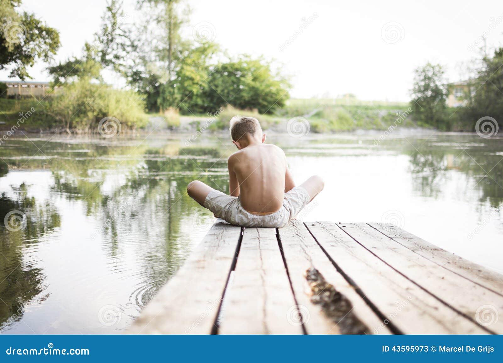 Ragazzo che si siede sul bacino