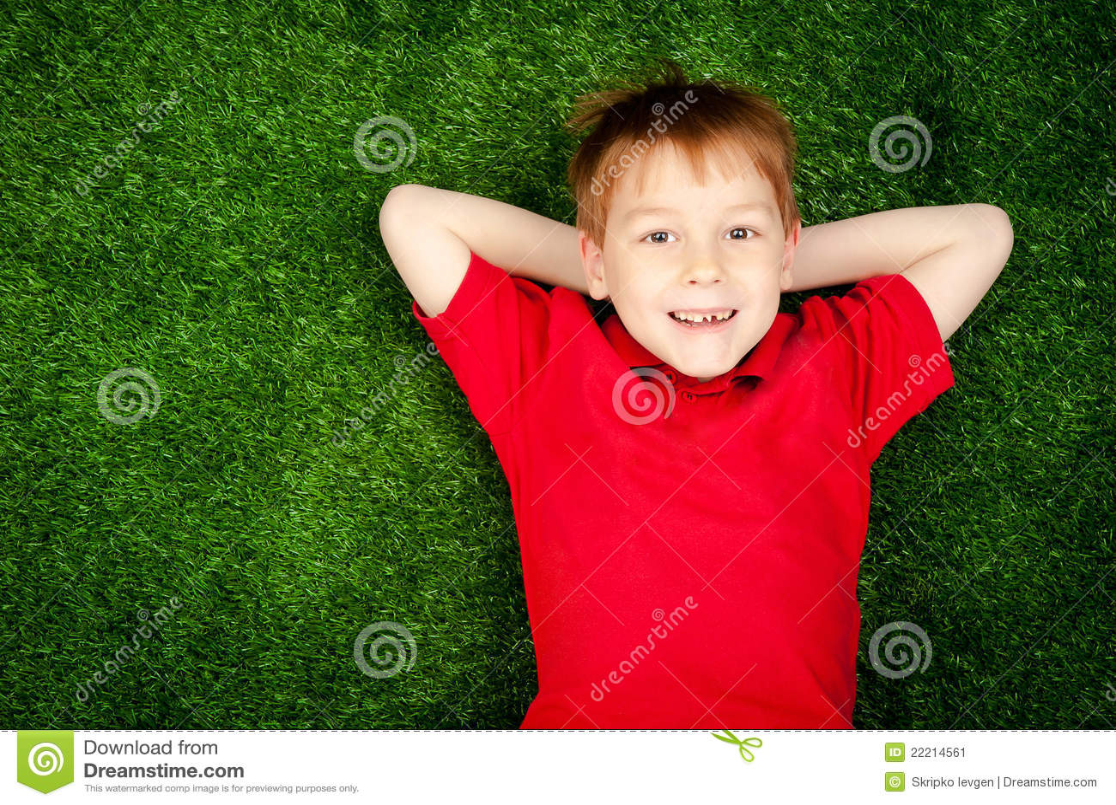 Ragazzo che si trova su un prato inglese verde