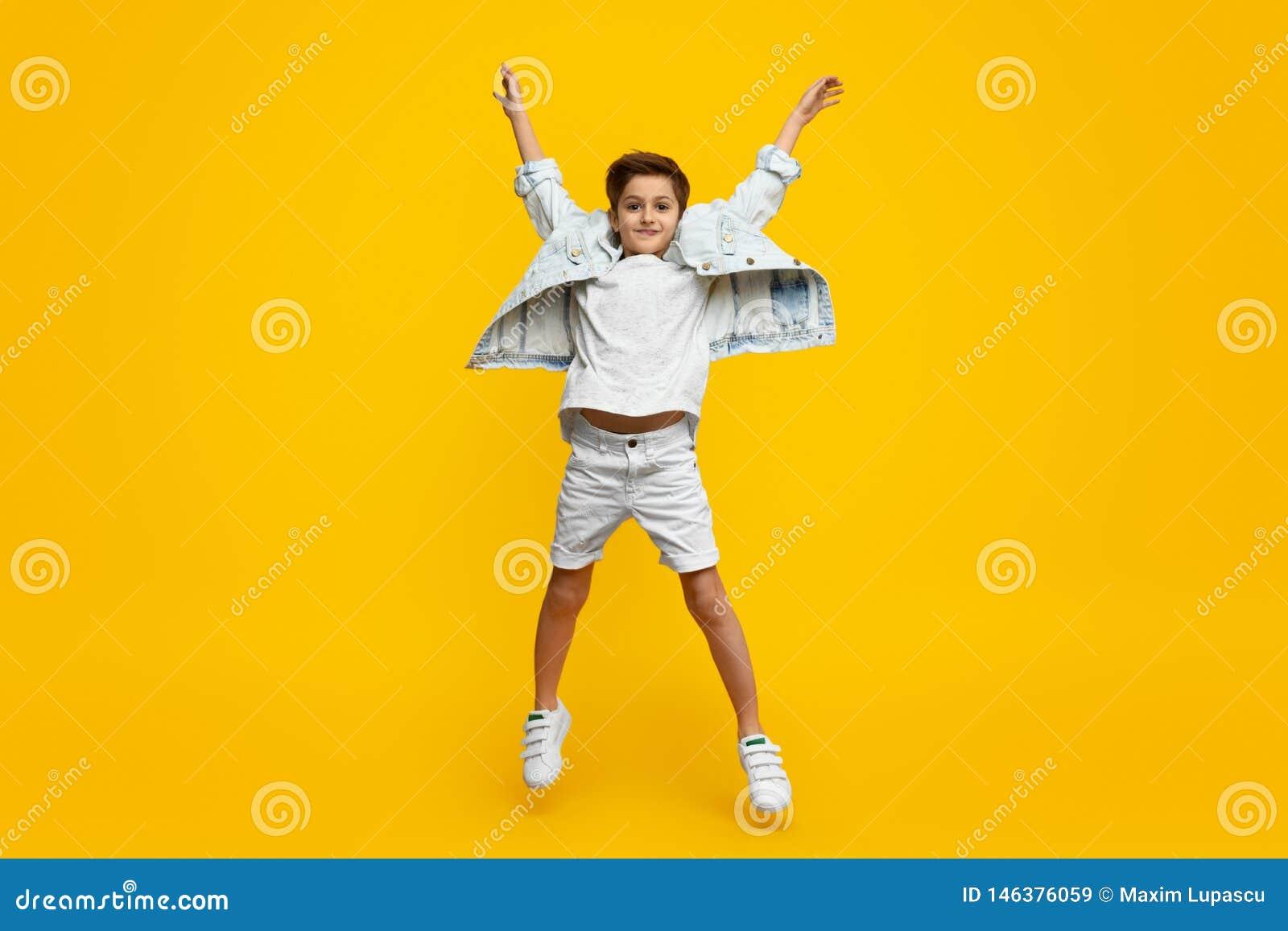 Ragazzo che solleva le mani e salto