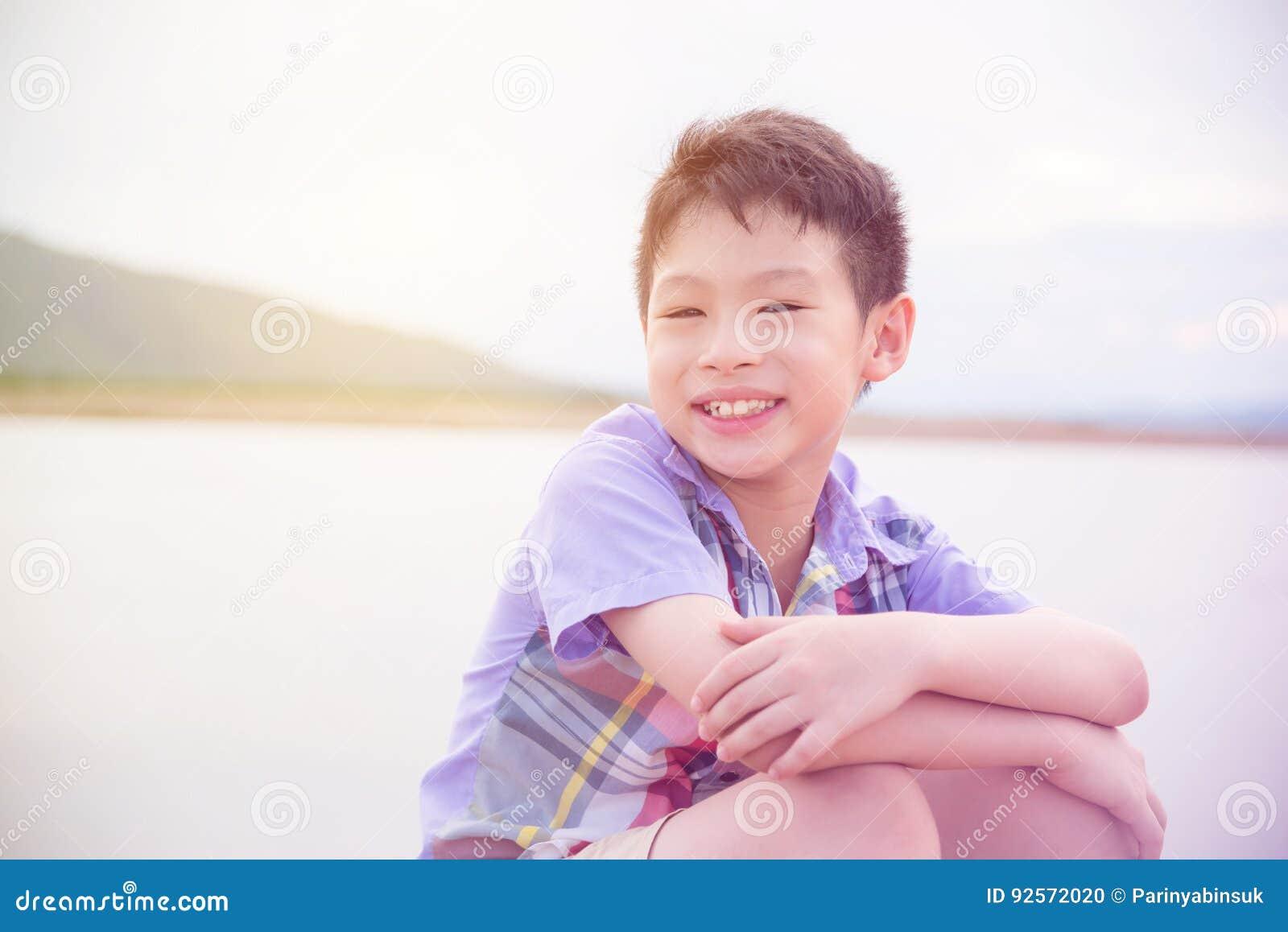 Ragazzo che sorride vicino dal fiume