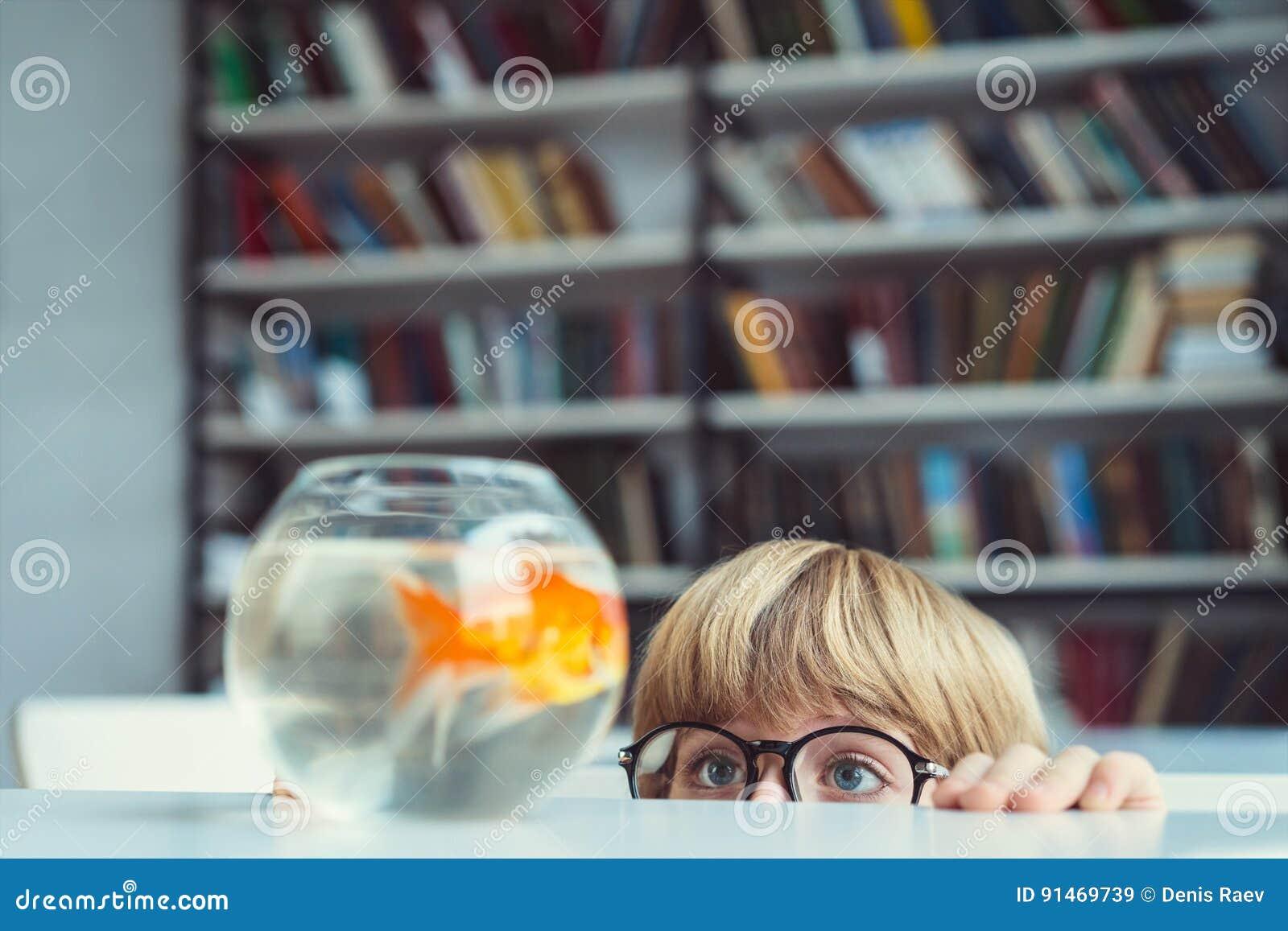 Ragazzo con il pesce rosso