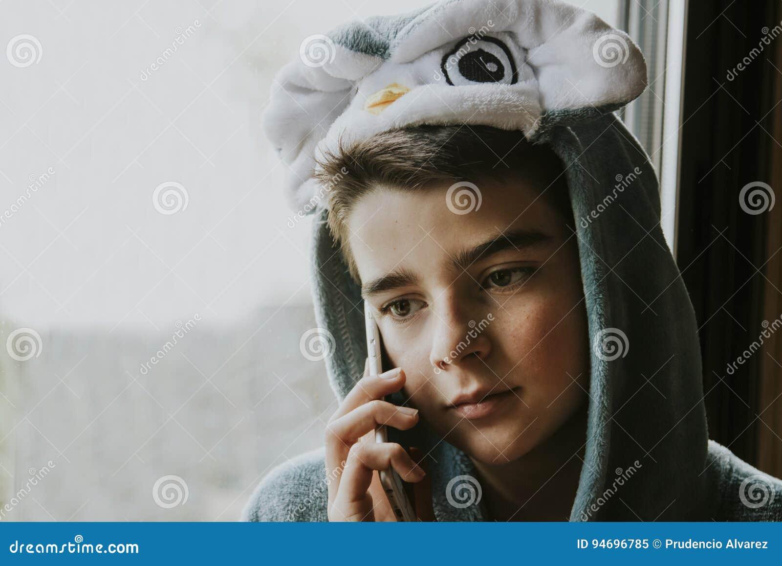 Ragazzo in costume sul telefono