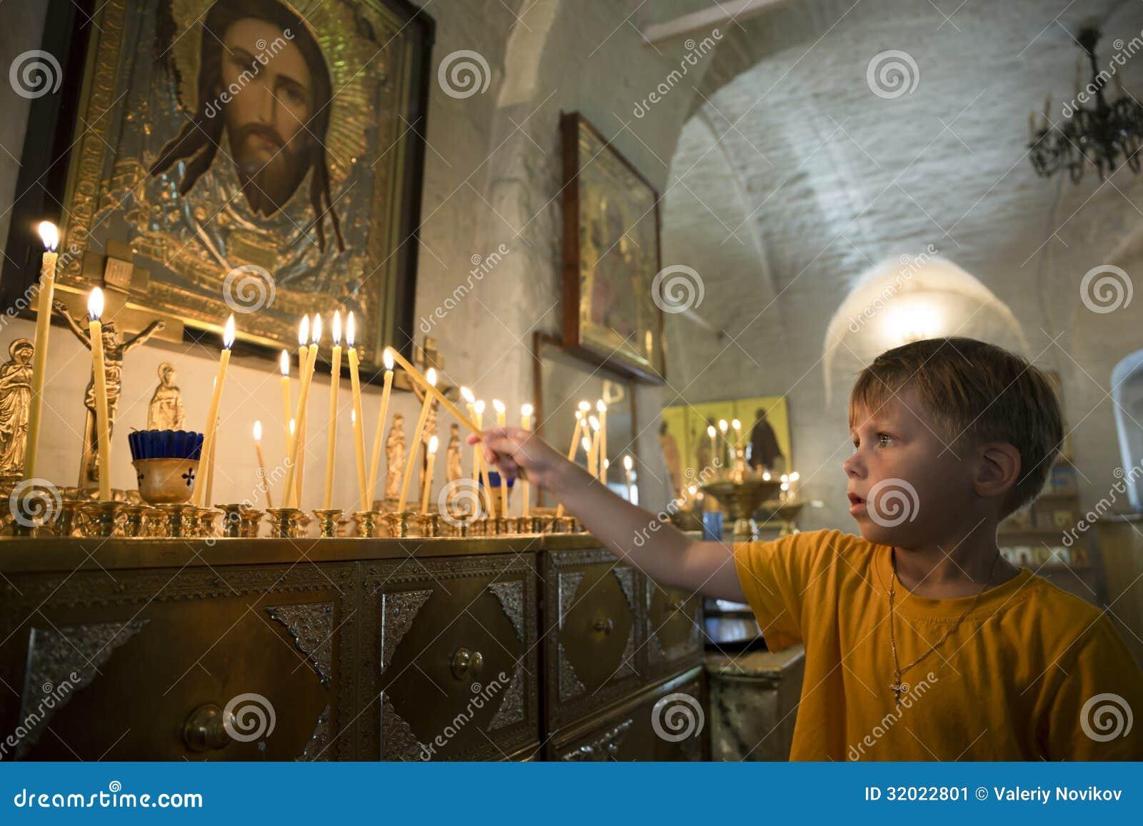 Ragazzo dalle candele nel tempio