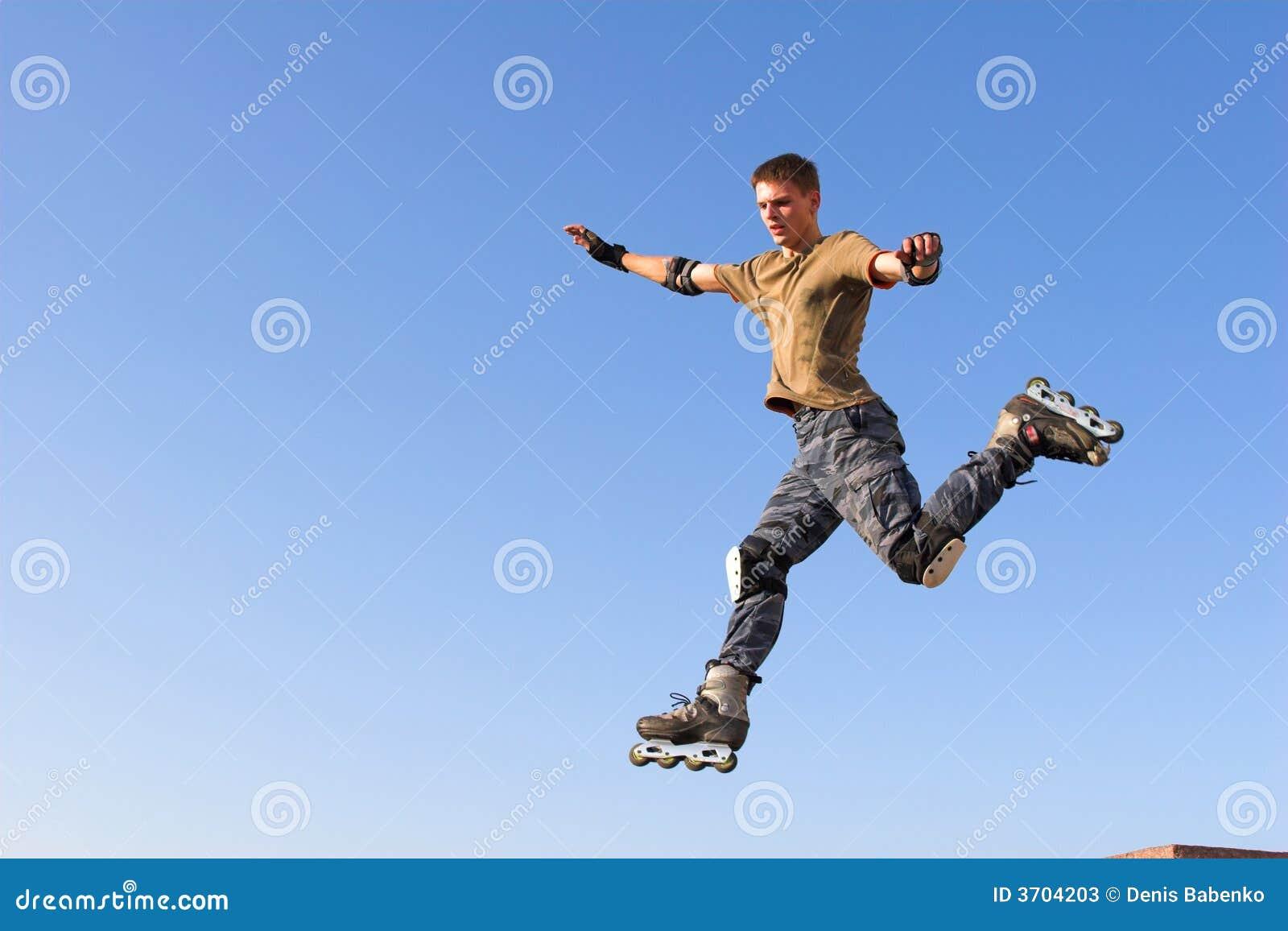 Ragazzo del rullo che salta dal parapetto sul cielo blu