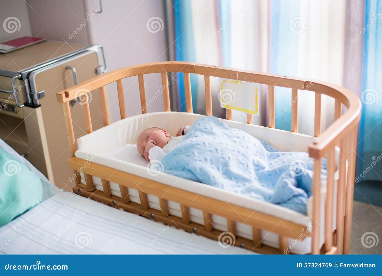 Ragazzo Di Neonato In Culla Dell Ospedale Immagine Stock