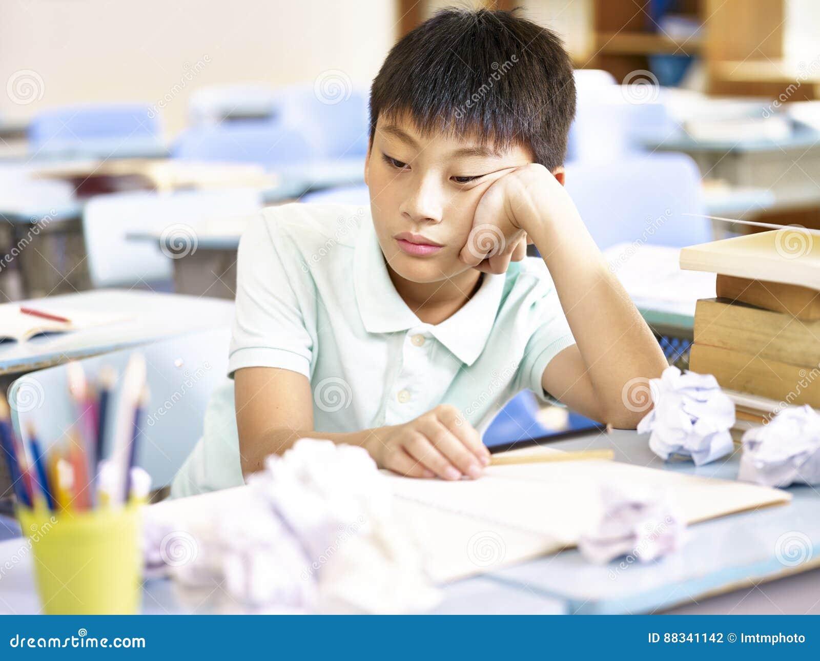 Ragazzo di scuola asiatico frustrato
