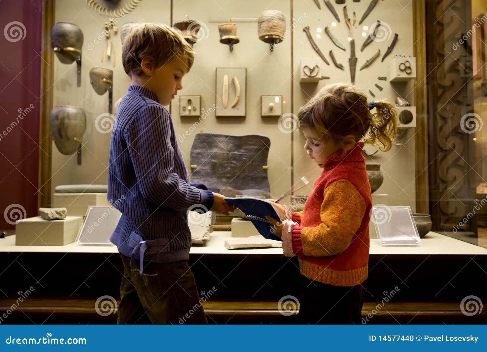 Ragazzo e ragazza all escursione in museo storico