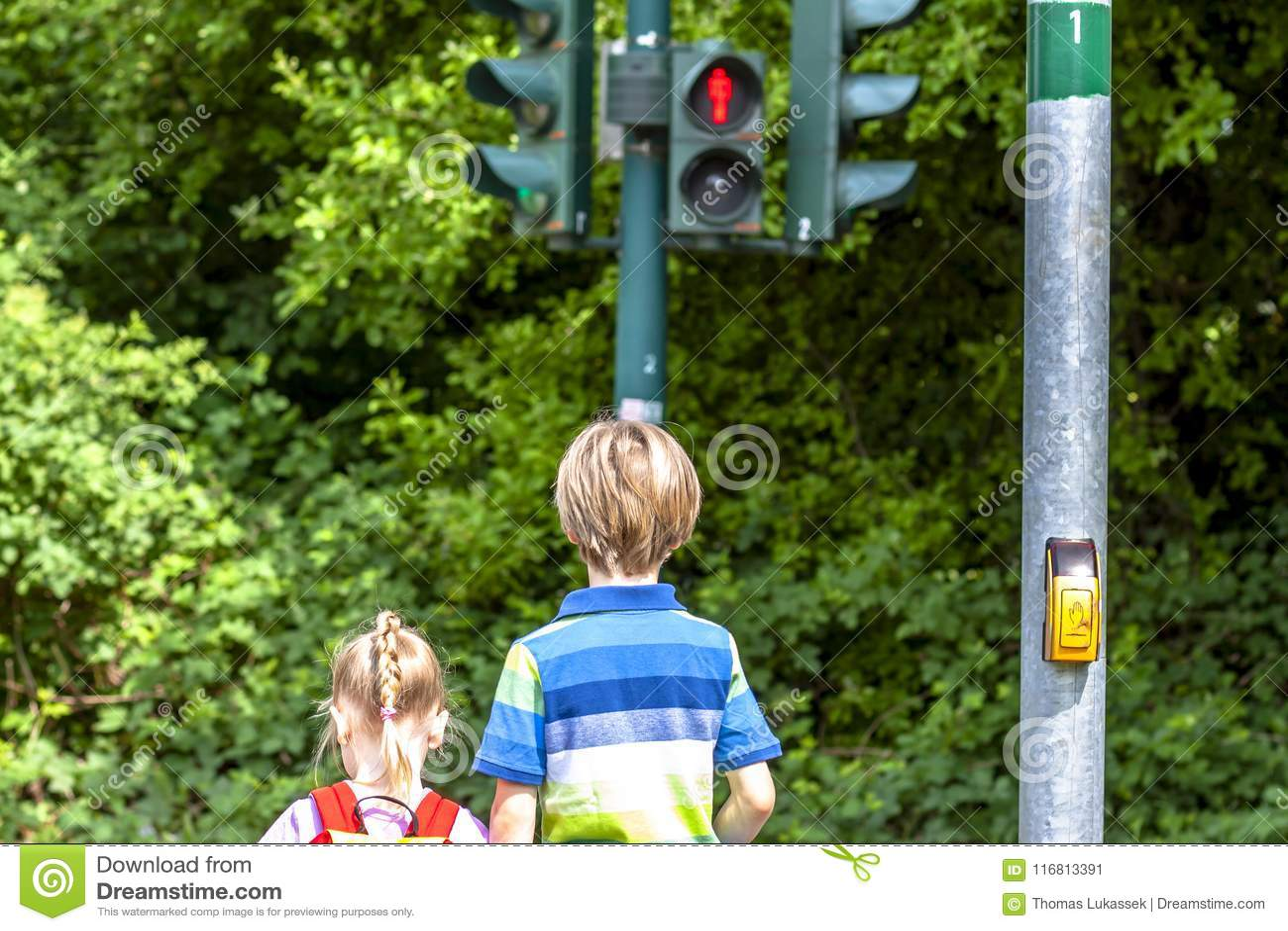Ragazzo e ragazza che aspettano al semaforo rosso