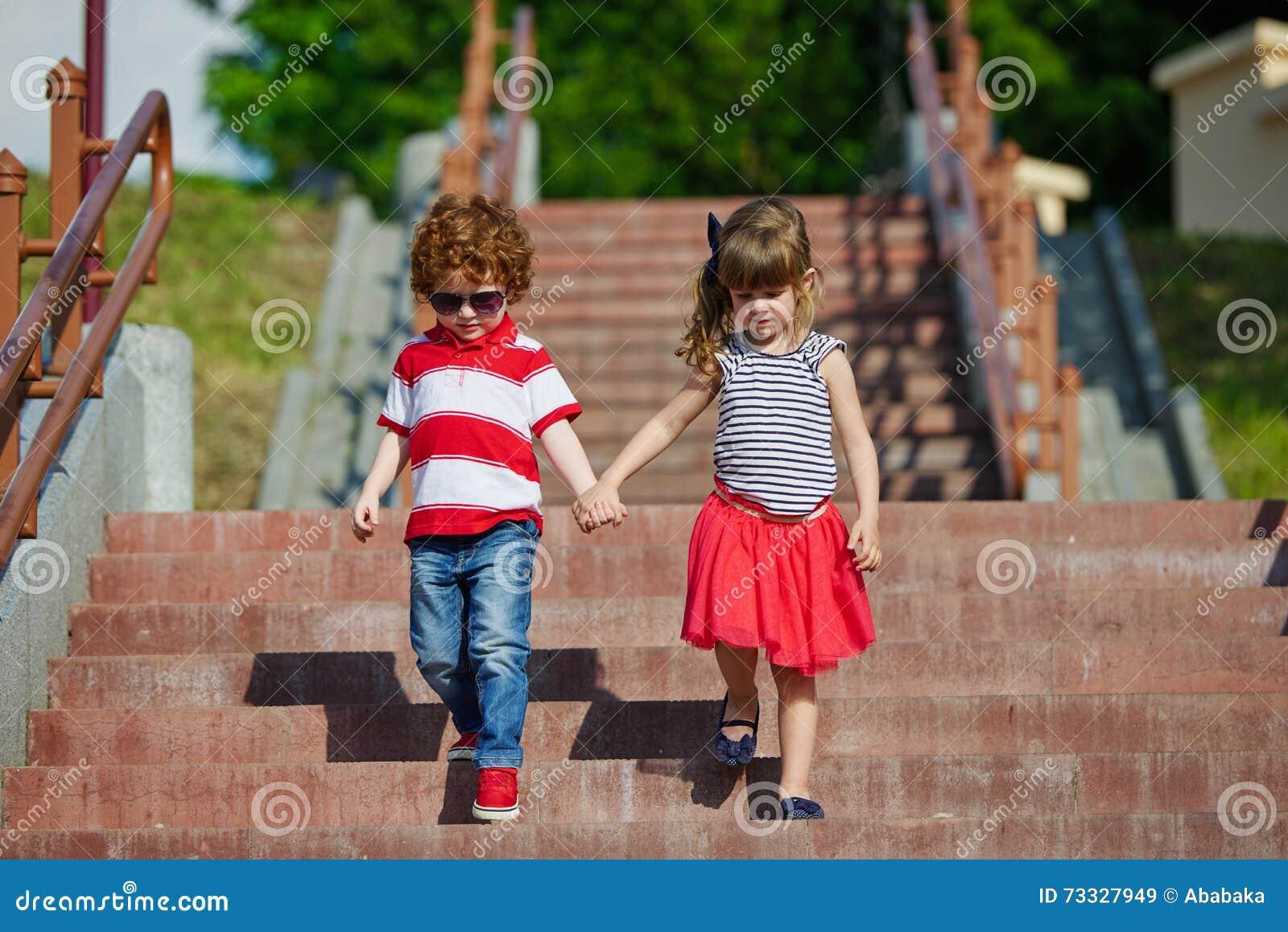 Ragazzo e ragazza che camminano sulle scala