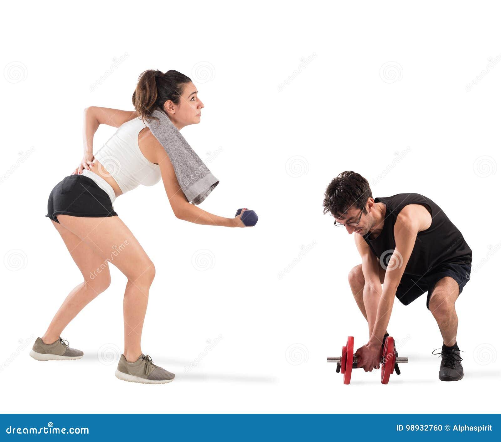 Ragazzo e ragazza che incontrano difficoltà alla palestra