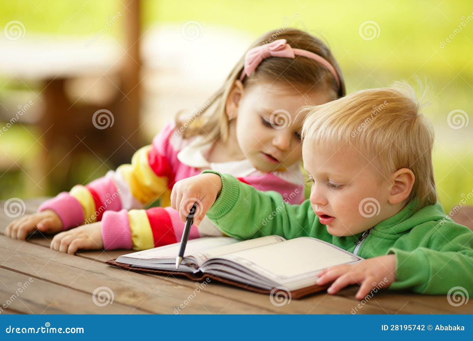 Ragazzo e ragazza che leggono un libro