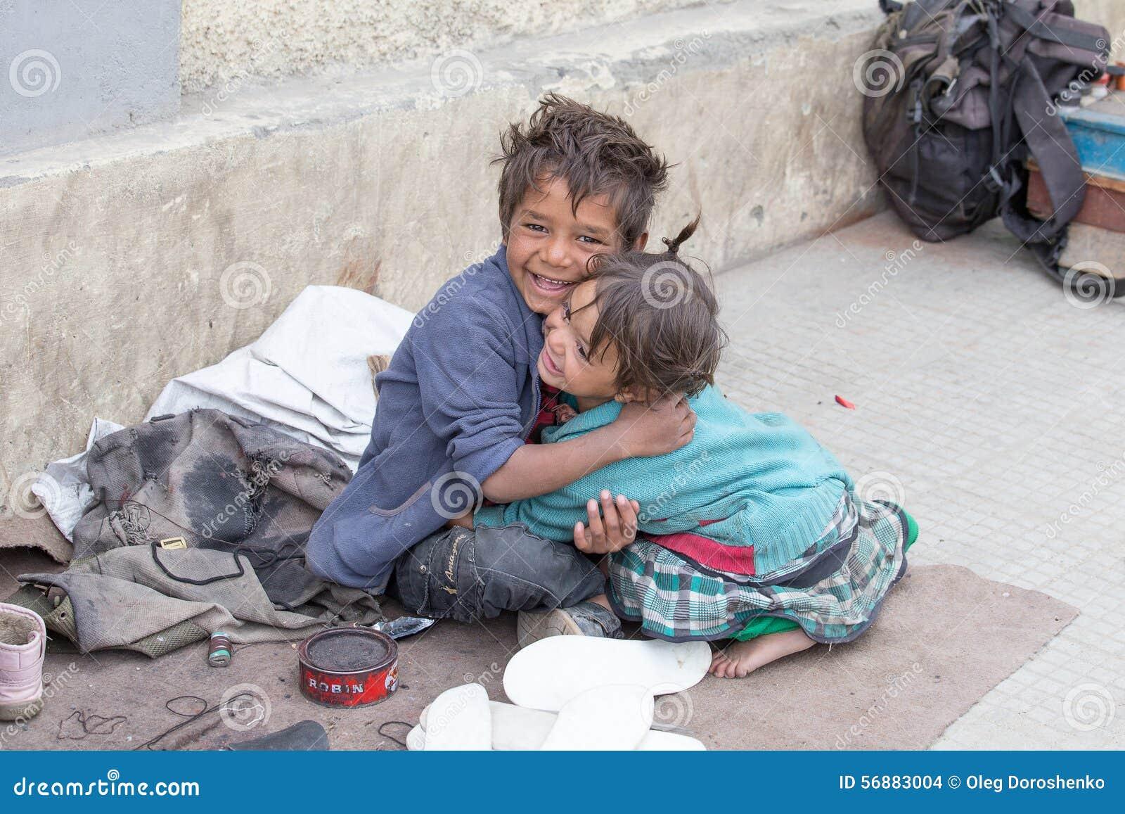 Ragazzo e ragazza del mendicante in Leh, India
