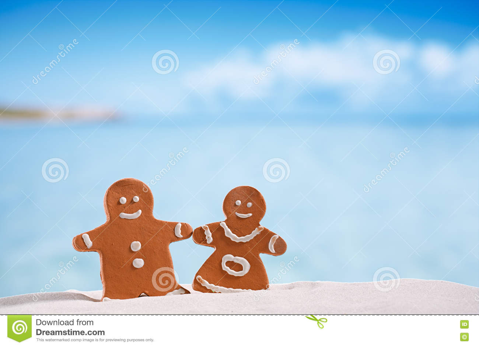Ragazzo e ragazza del pan di zenzero dell argilla sulla spiaggia con vista sul mare