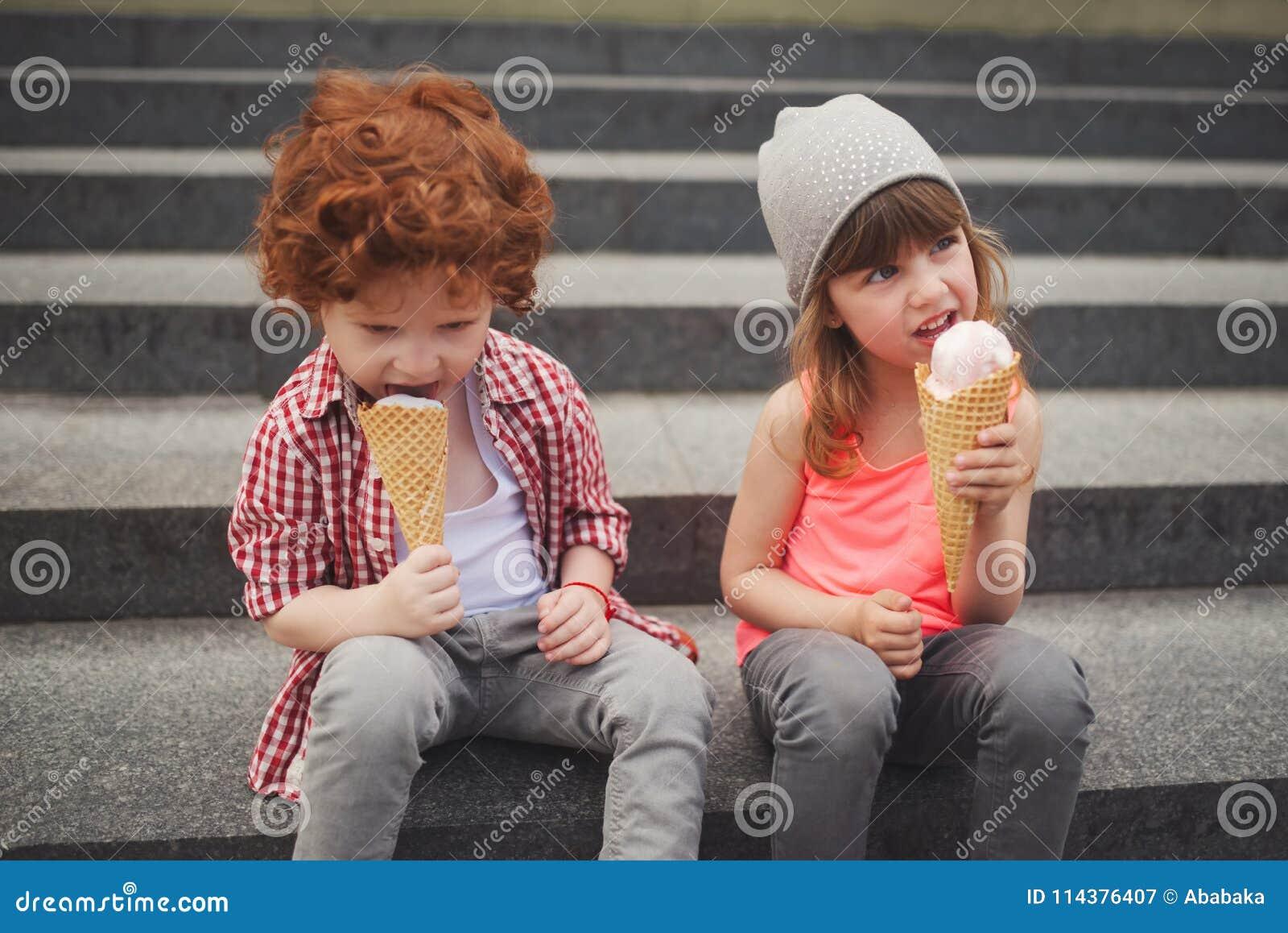 Ragazzo e ragazza felici con gelato