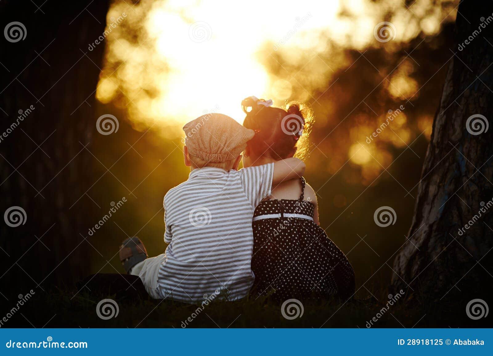 Ragazzo e ragazza sul tramonto