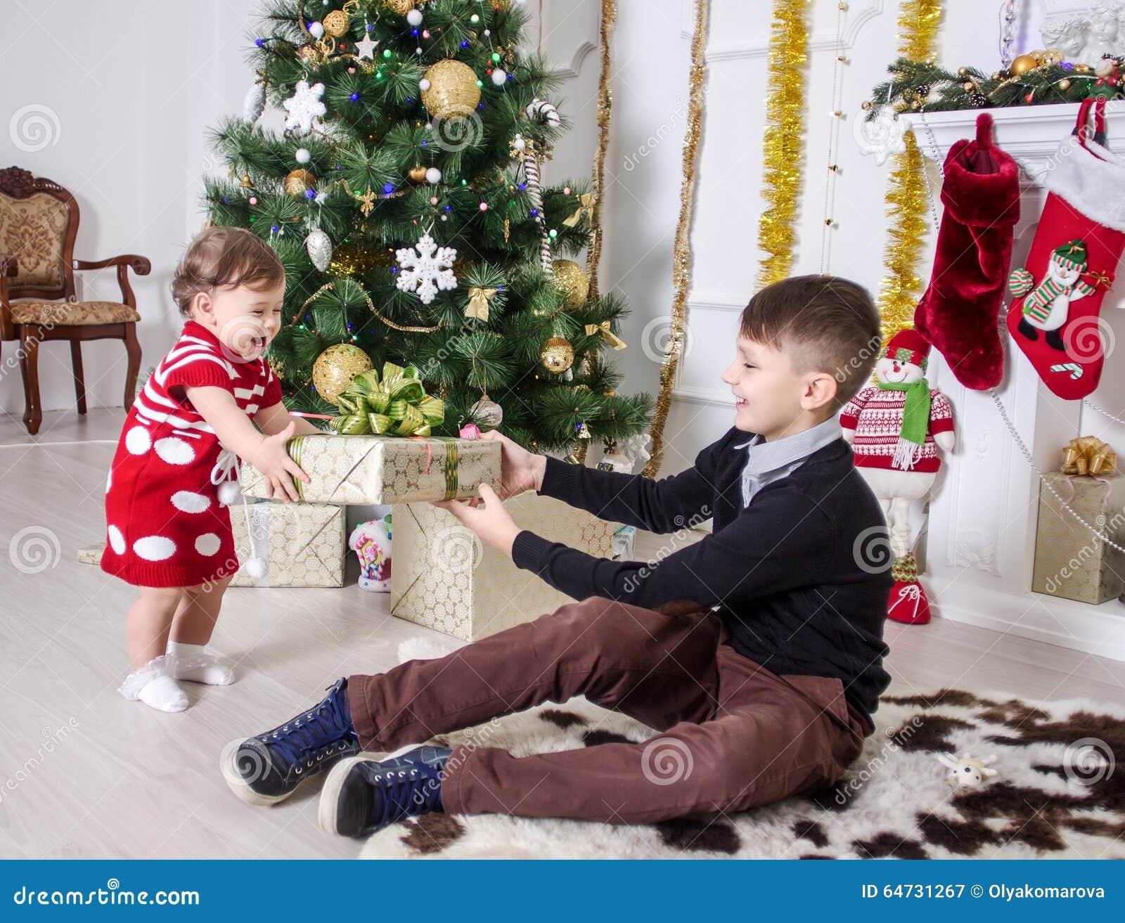 Ragazzo e ragazza vicino ad un albero di Natale