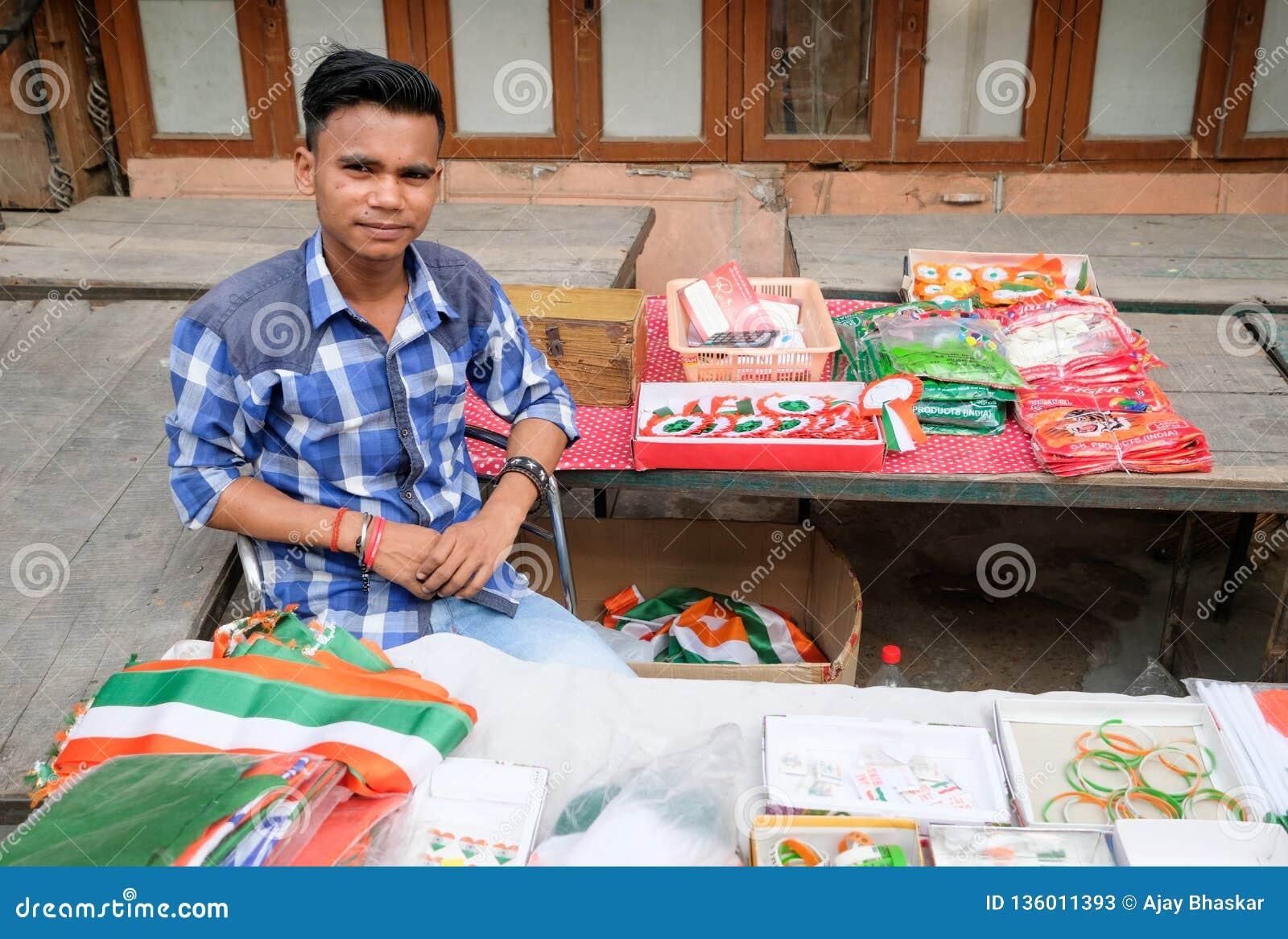 Ragazzo indiano che vende le bandiere sulla festa dell indipendenza 2018